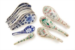 A GROUP OF FAMILLE ROSE AND BLUE & WHITE PORCELAIN SPOONS