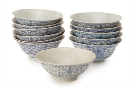 A GROUP OF 12 SIMILAR BLUE AND WHITE PORCELAIN BOWLS