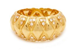 AN 18K YELLOW GOLD AND DIAMOND RING
