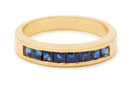 A YELLOW GOLD AND SAPPHIRE RING
