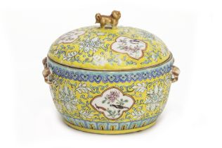 A YELLOW GROUND FAMILLE ROSE CONTAINER AND A LID