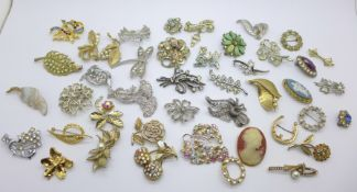 A collection of costume brooches (43)