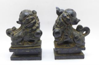 A pair of carved stone dogs of foe on marble plinths, 10.5cm, both a/f