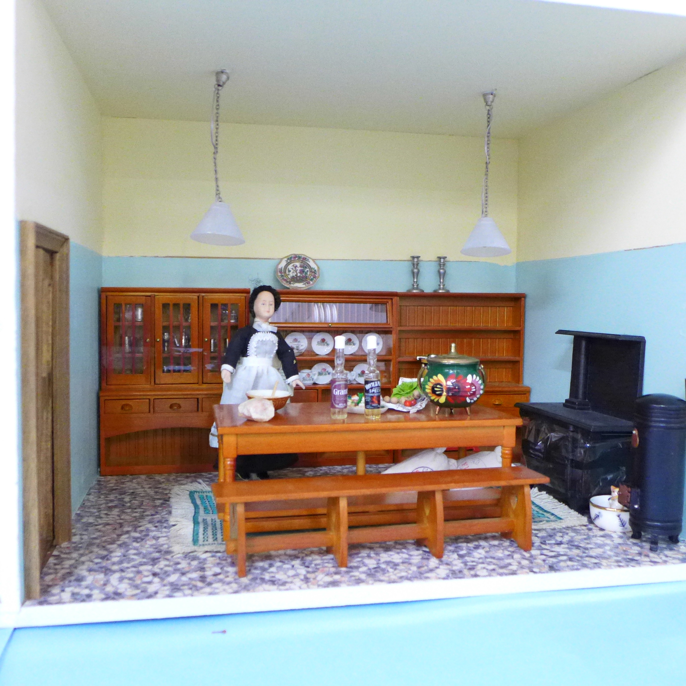 A Dolls House Emporiun Charles Rennie Makintosh-style Scottish House and Furniture. Assembled from a - Image 11 of 18