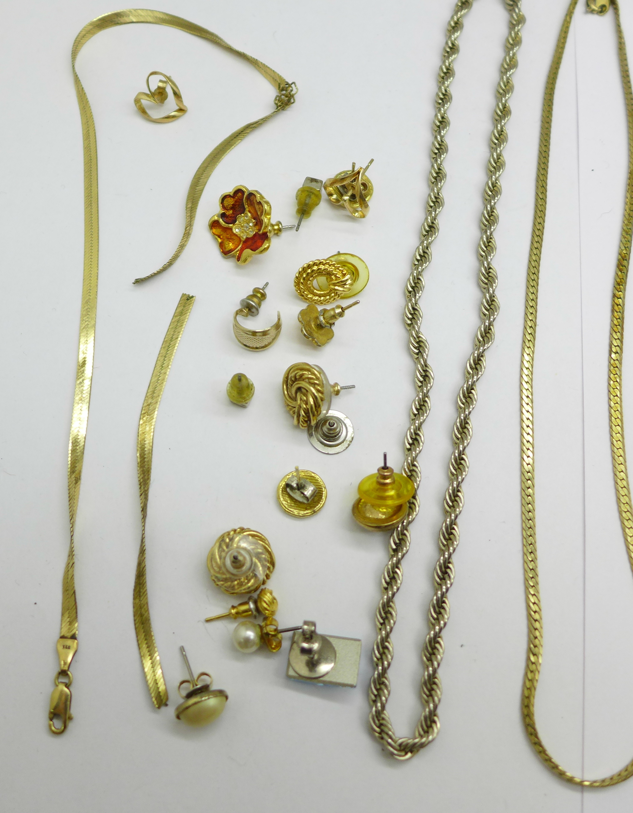 A 9ct gold chain, a/f, and a single 9ct gold earring and costume jewellery, a/f, 5.1g of 9ct gold - Image 2 of 3