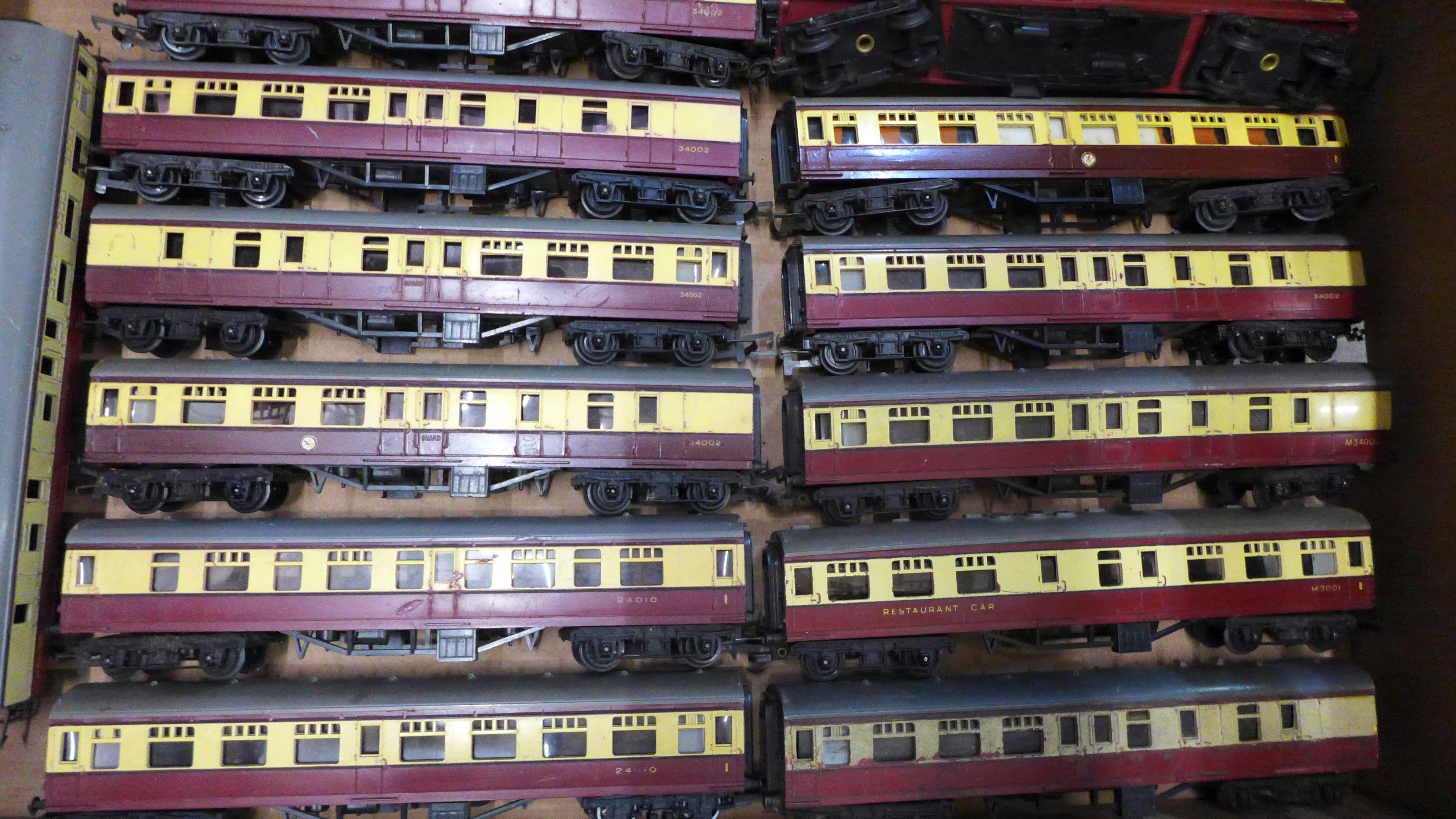 Thirty-two Tri-ang OO gauge model rail carriages - Image 3 of 3