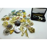 Forty vintage brooches