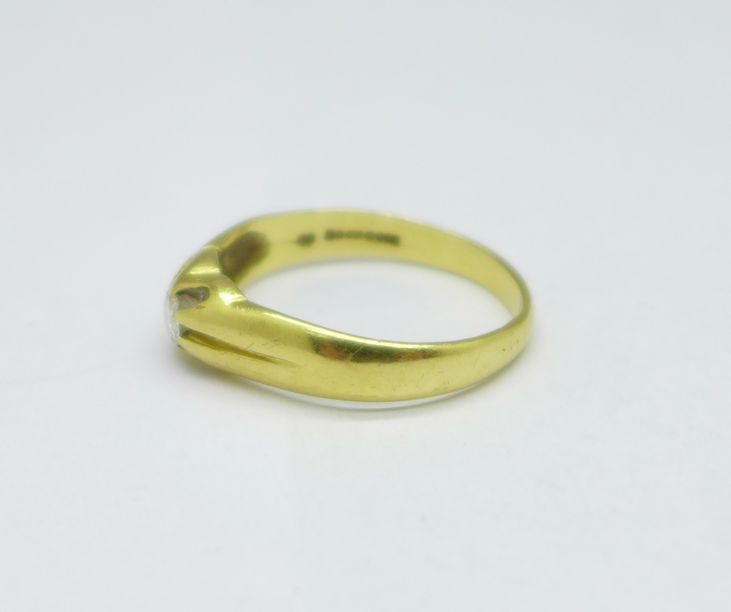 An 18ct gold and diamond ring, 4.8g, V - Image 2 of 3