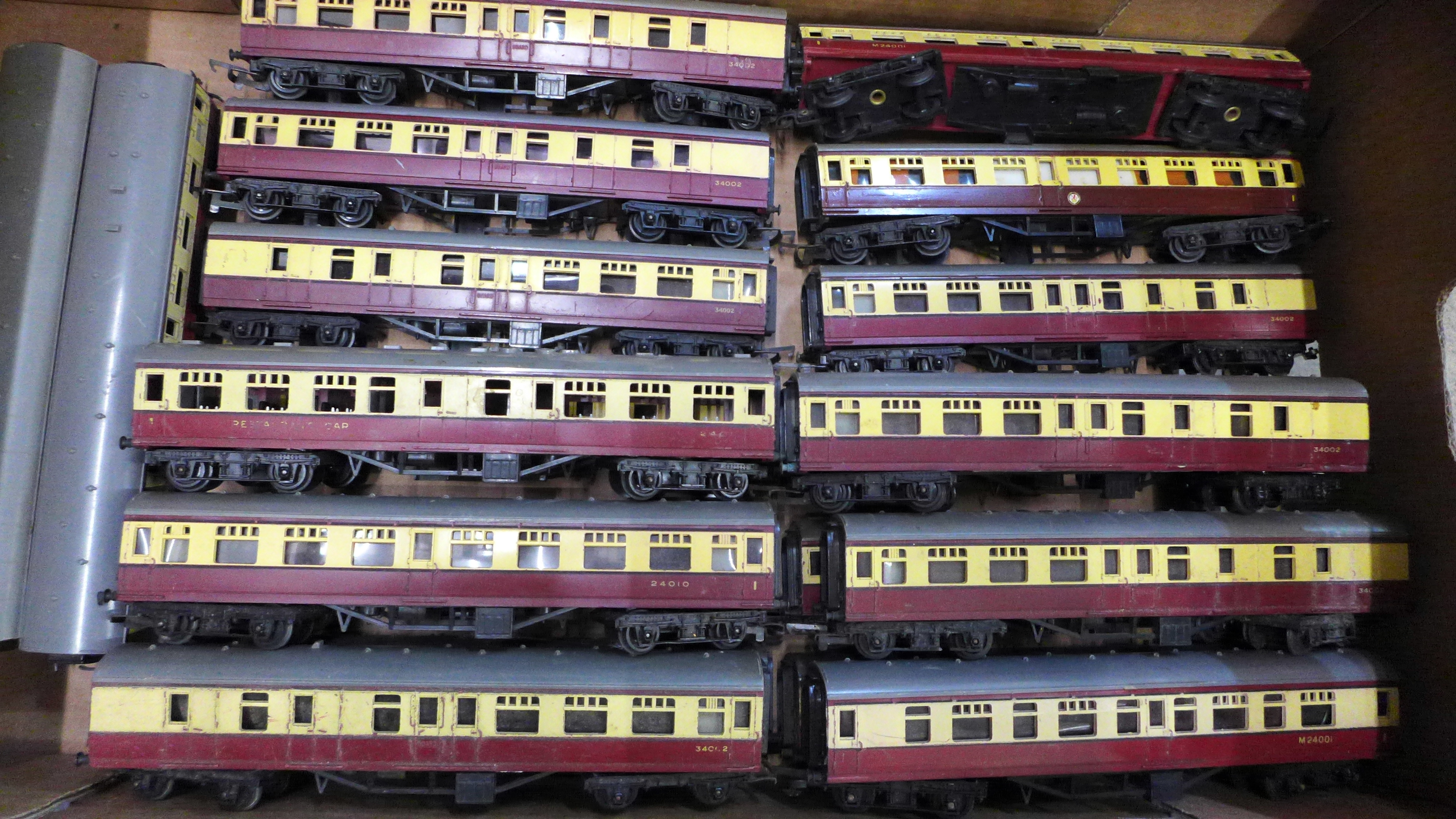 Thirty-two Tri-ang OO gauge model rail carriages - Image 2 of 3