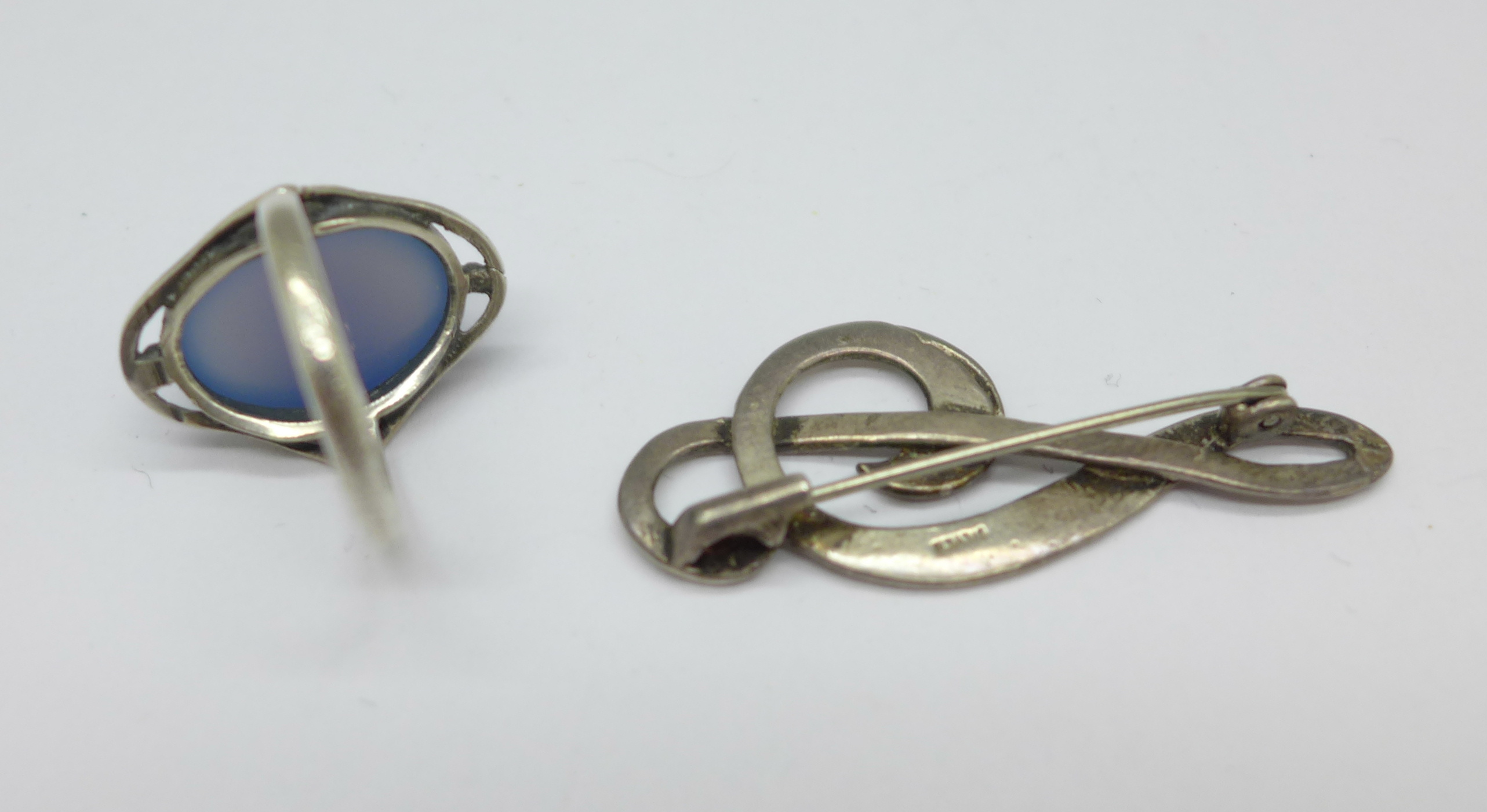 An Arts & Crafts silver ring set with chalcedony, L, and a treble clef brooch marked silver - Image 3 of 3