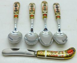 Four Royal Crown Derby Imari teaspoons and a butter knife, one handle on teaspoon a/f