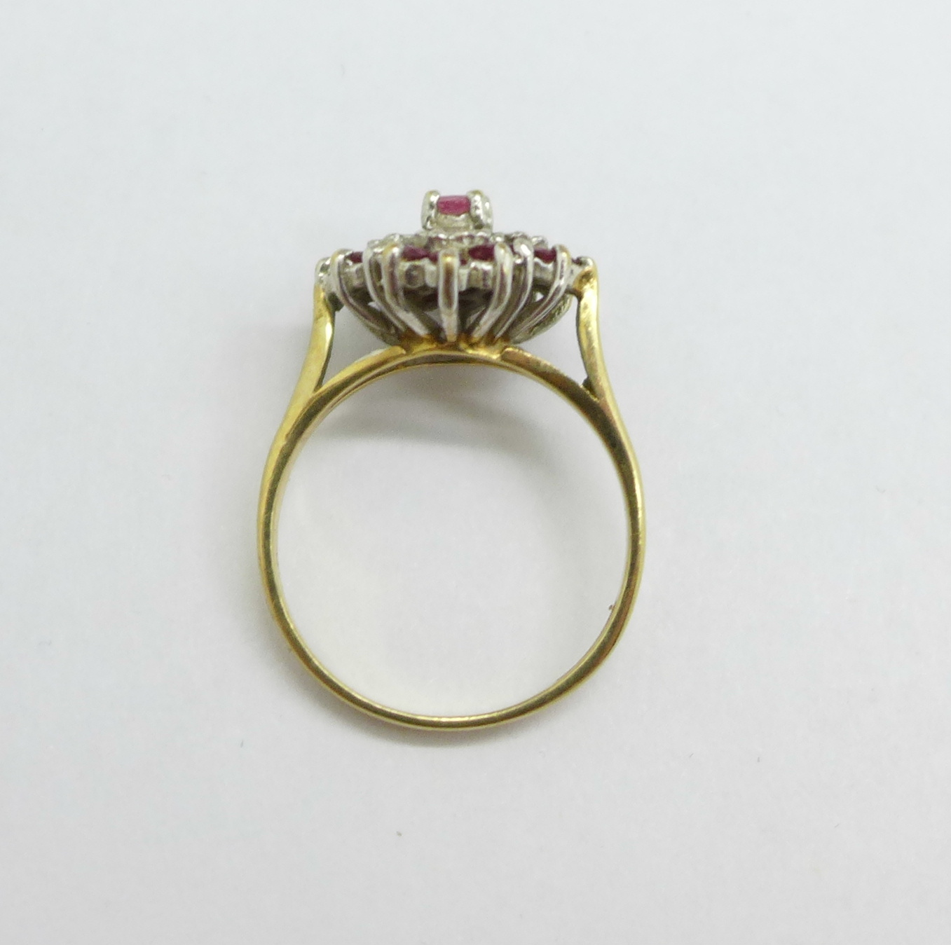 A 9ct gold cluster ring, 3.1g, O - Image 3 of 3