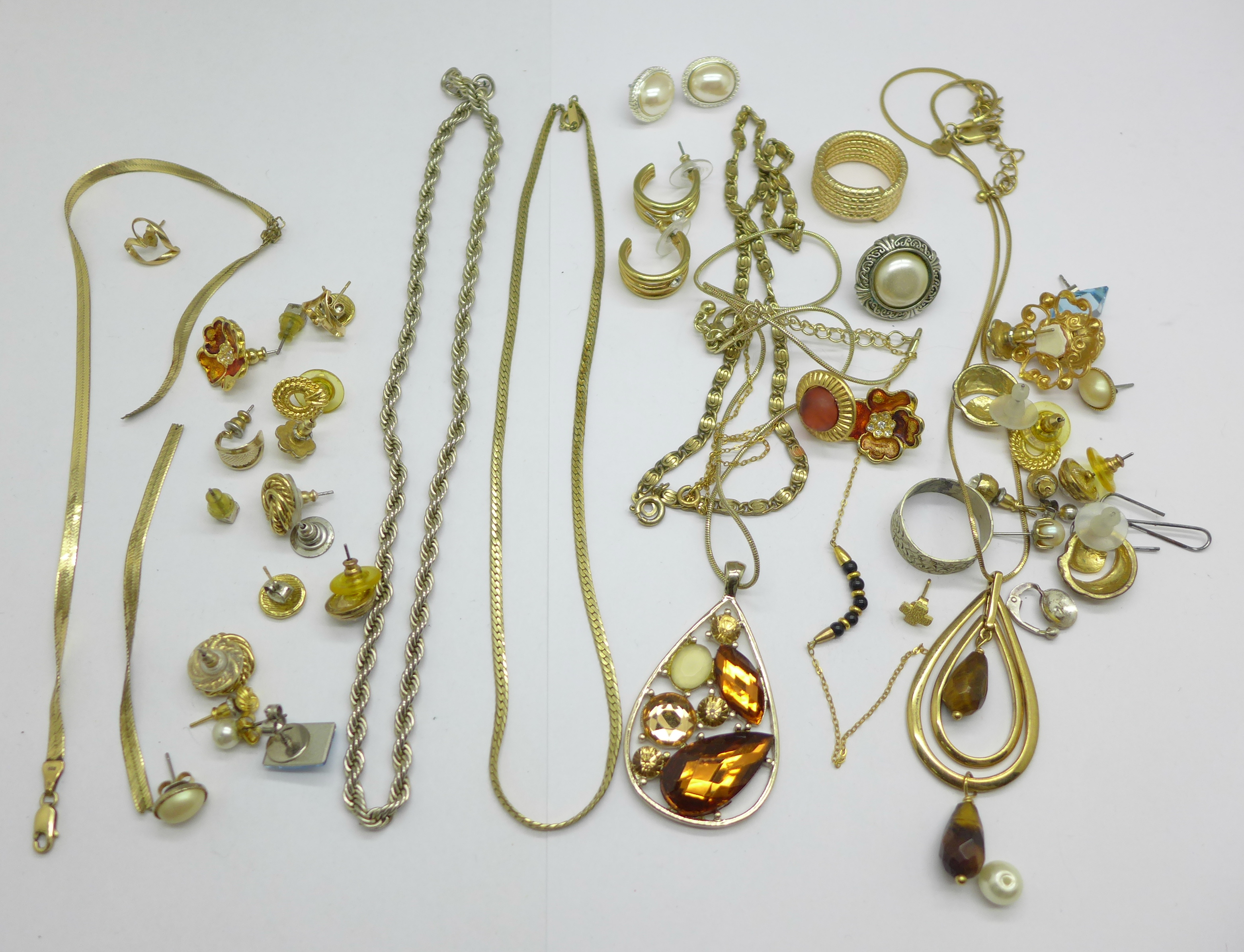 A 9ct gold chain, a/f, and a single 9ct gold earring and costume jewellery, a/f, 5.1g of 9ct gold