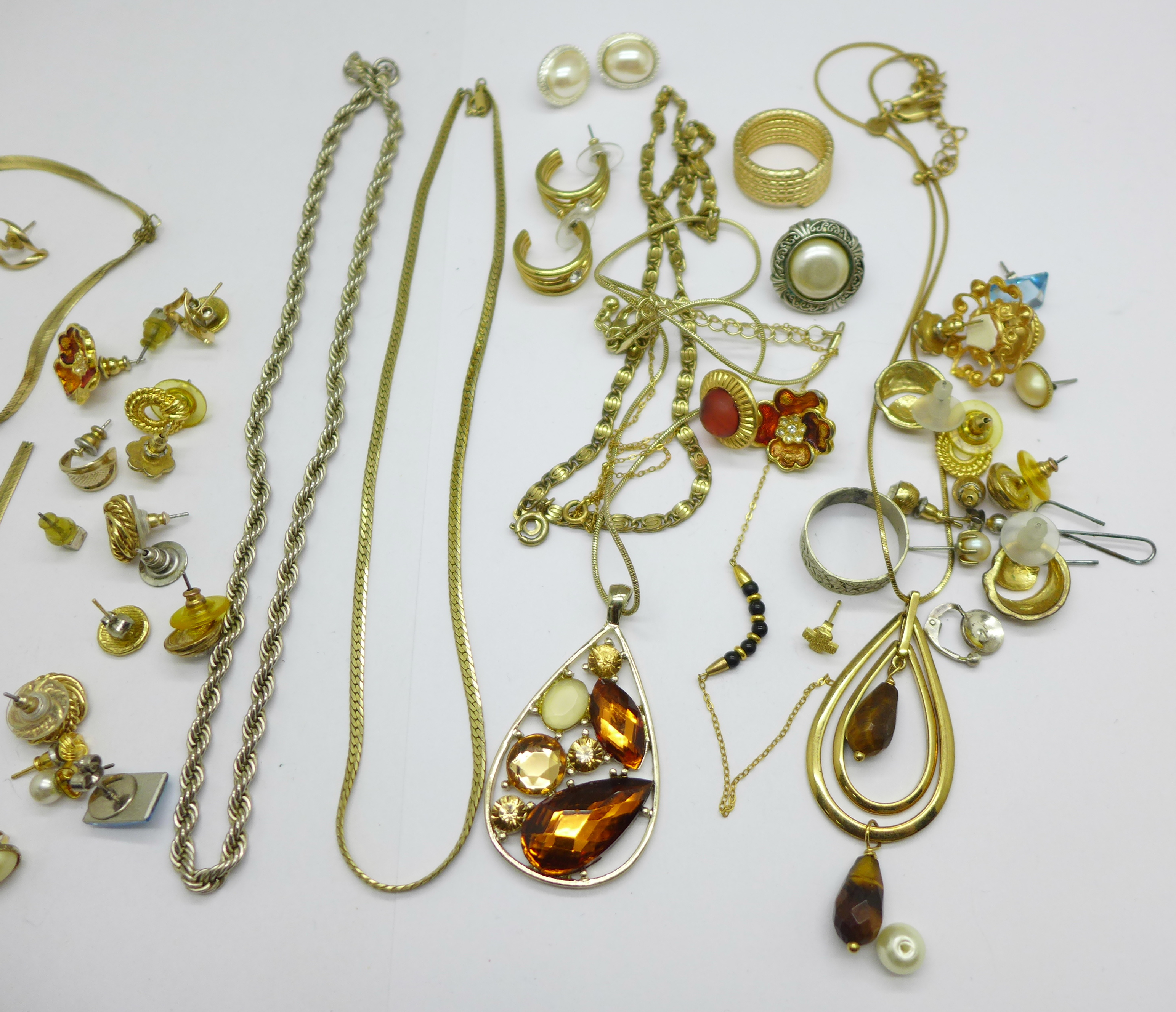 A 9ct gold chain, a/f, and a single 9ct gold earring and costume jewellery, a/f, 5.1g of 9ct gold - Image 3 of 3
