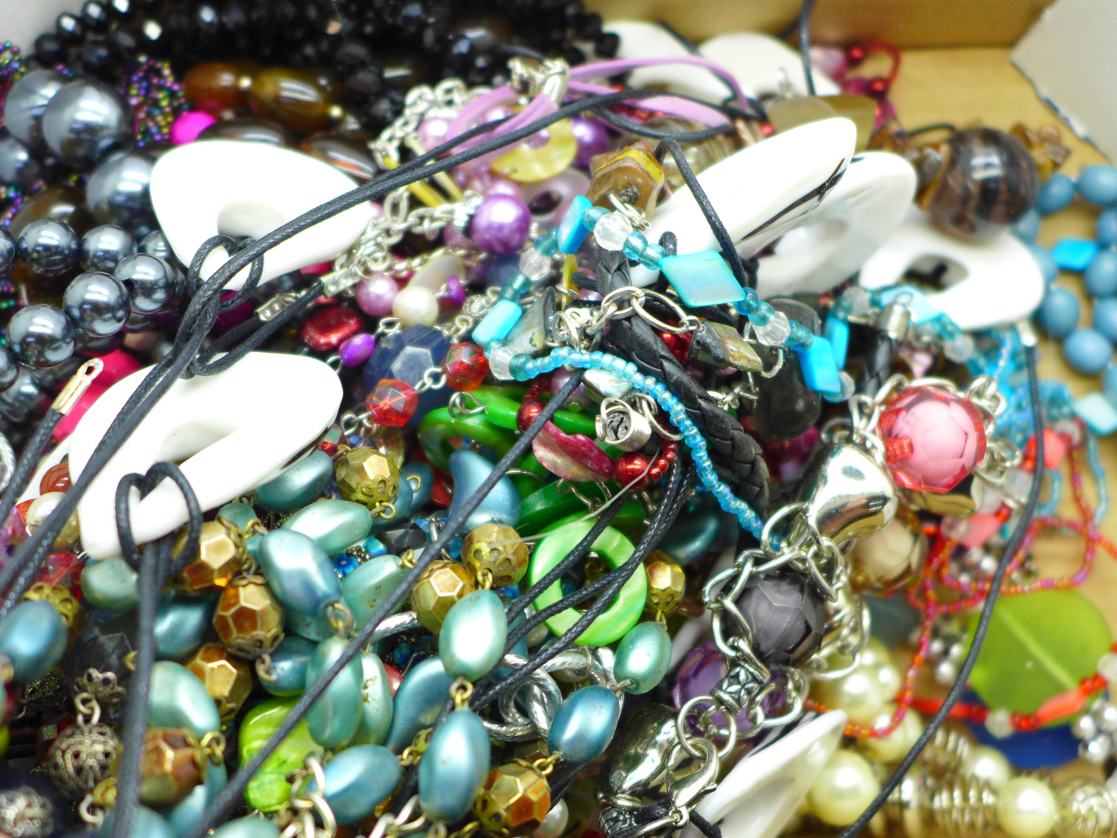 Assorted necklaces, including a faux pearl necklace with silver clasp - Image 3 of 3