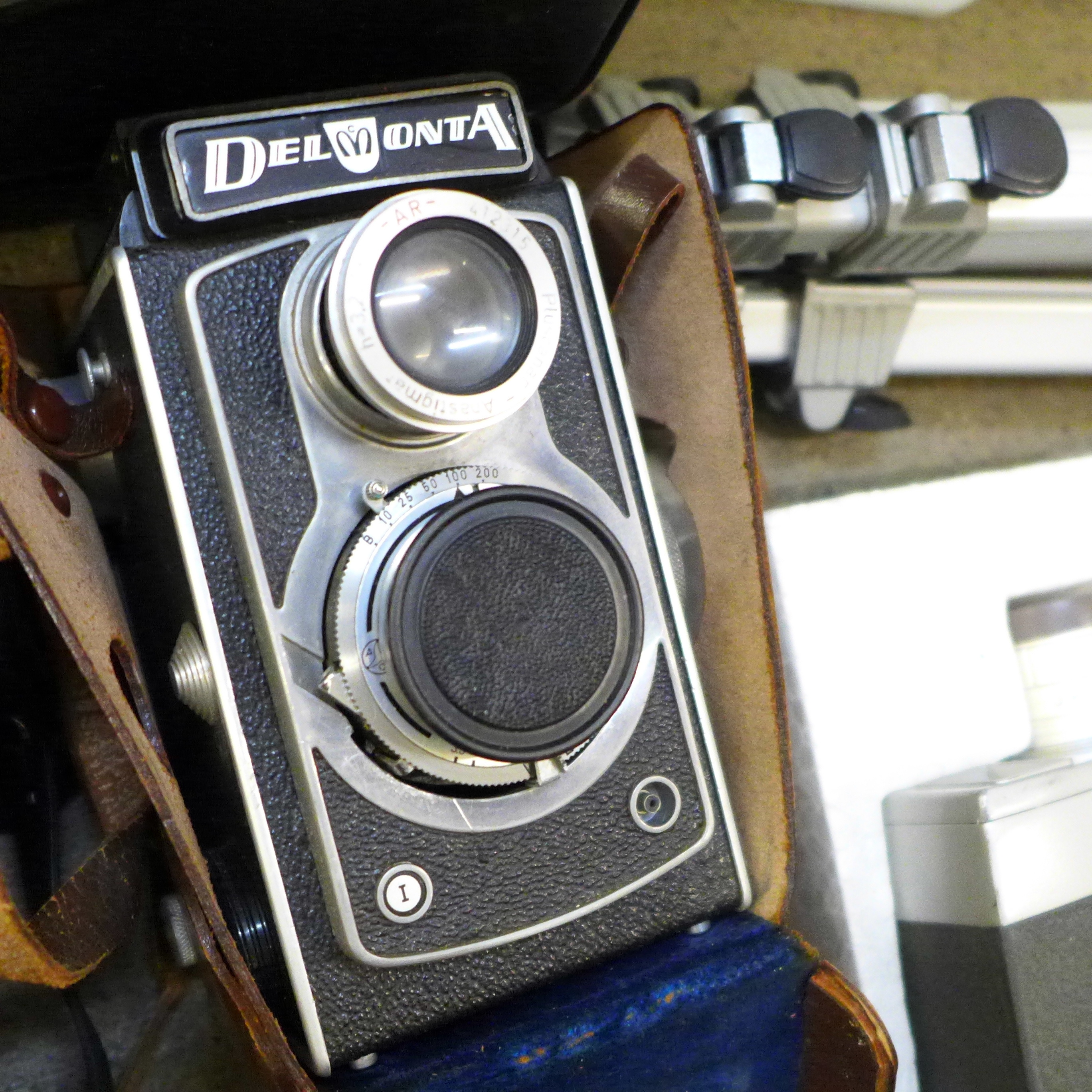 Five cameras; Yashica Mat-124 G, Nikon EM, Del Monza, Kodak Brownie, Zenit-E, a Jello cine camera, - Image 4 of 6