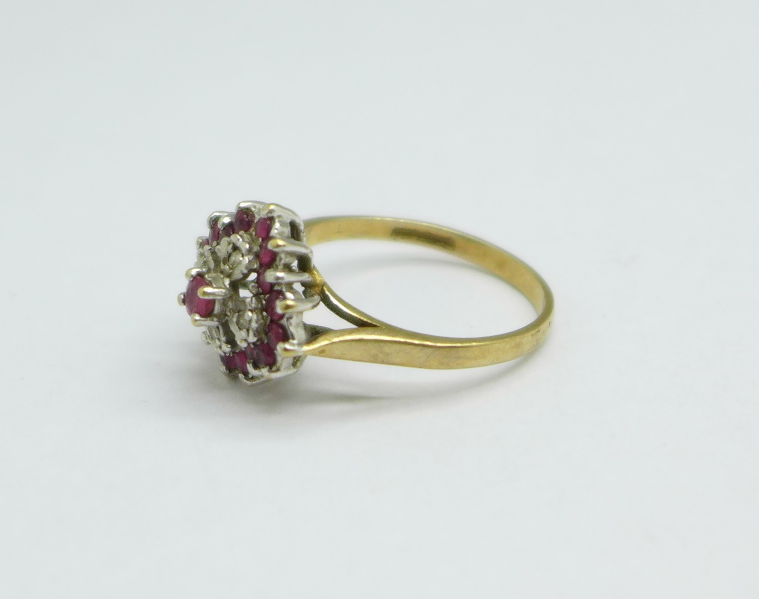 A 9ct gold cluster ring, 3.1g, O - Image 2 of 3