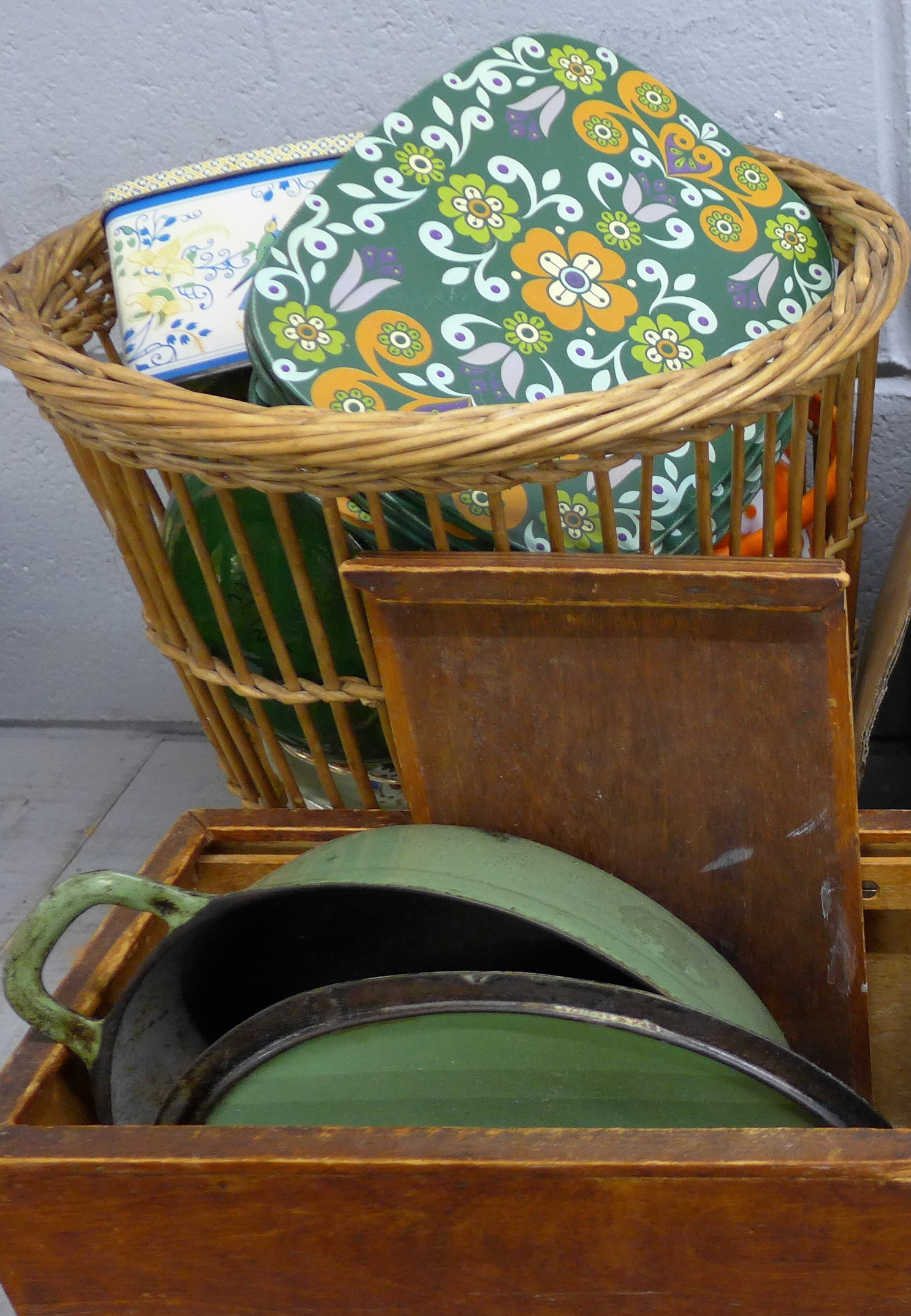 A pancheon, tins and other kitchenalia **PLEASE NOTE THIS LOT IS NOT ELIGIBLE FOR POSTING AND - Image 3 of 4