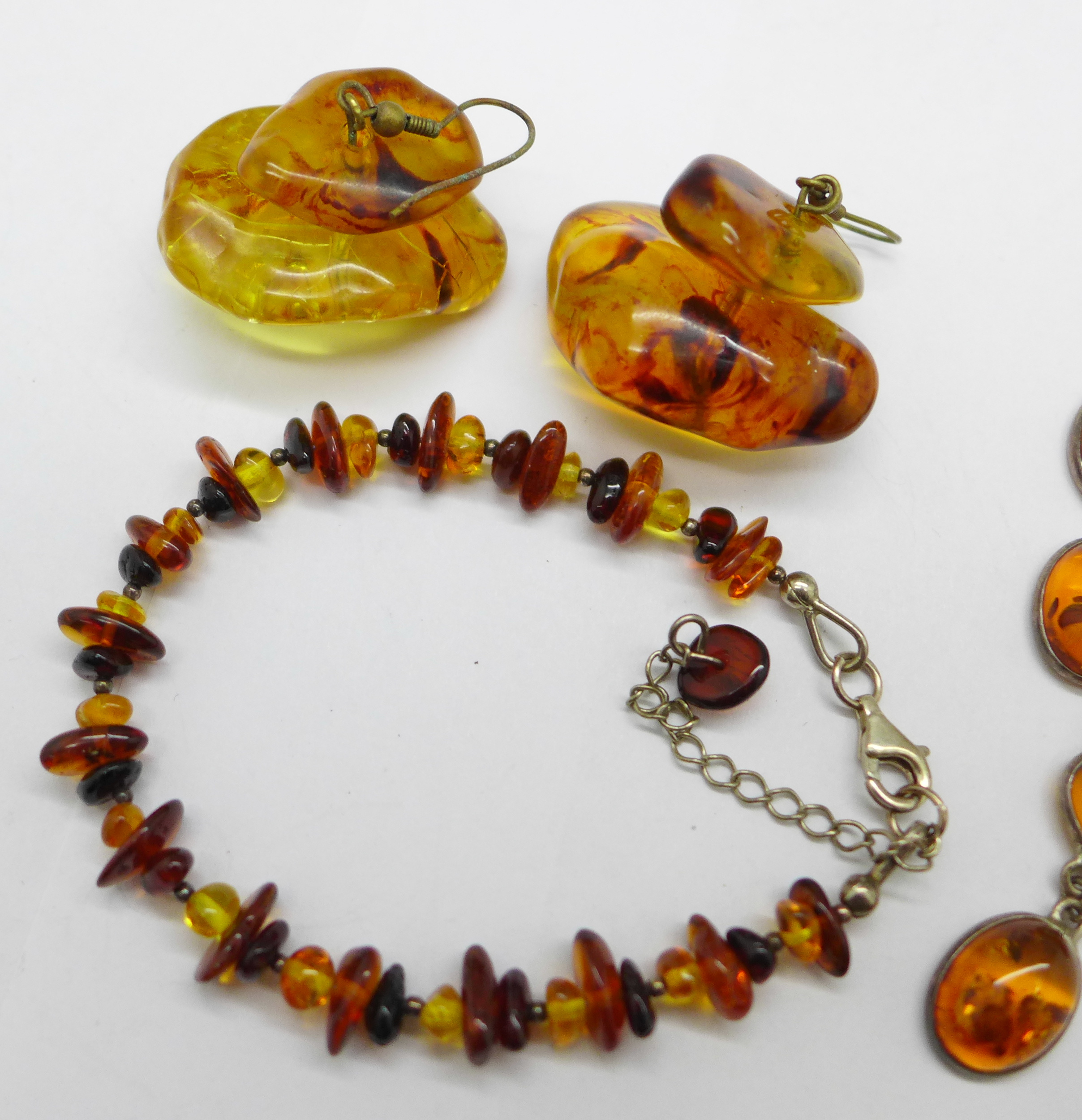 Amber coloured jewellery comprising a bracelet, earrings and a necklace - Image 3 of 3