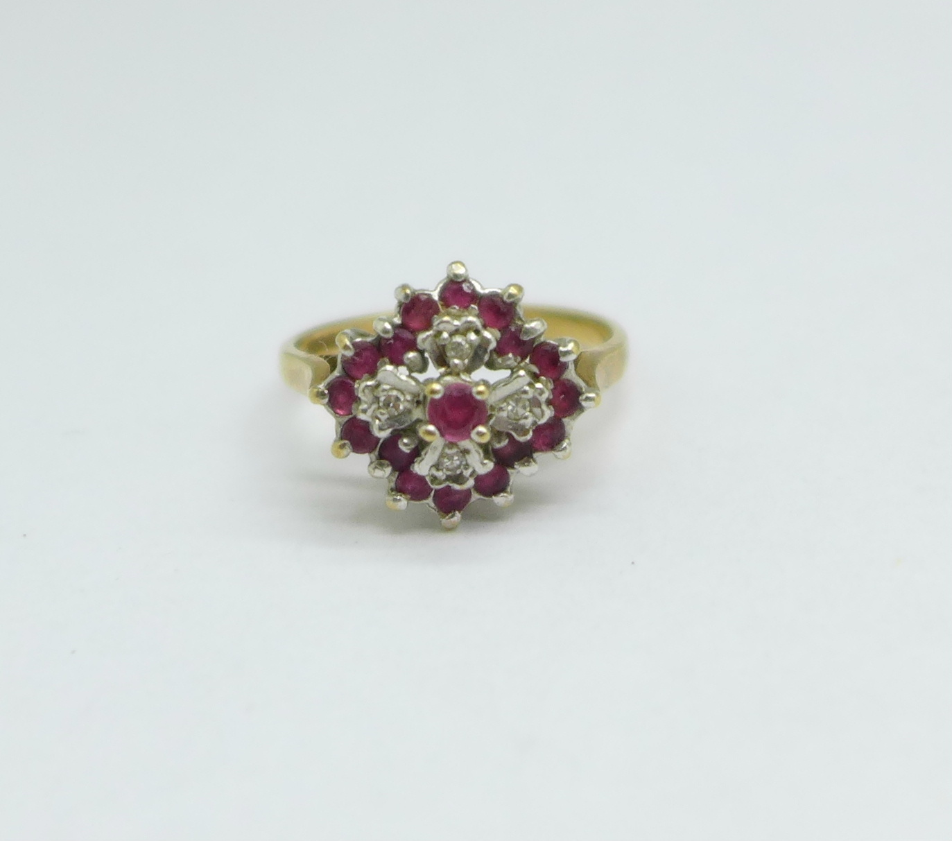 A 9ct gold cluster ring, 3.1g, O