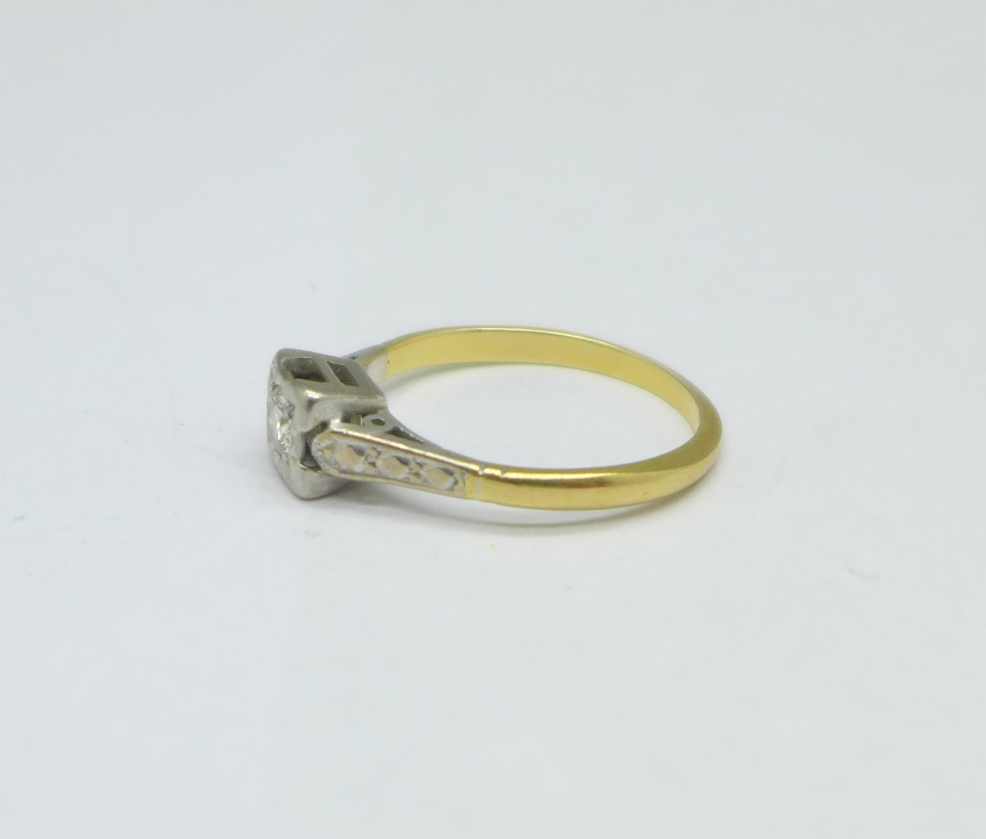 An 18ct gold and platinum set diamond ring, 2.3g, L - Image 2 of 3
