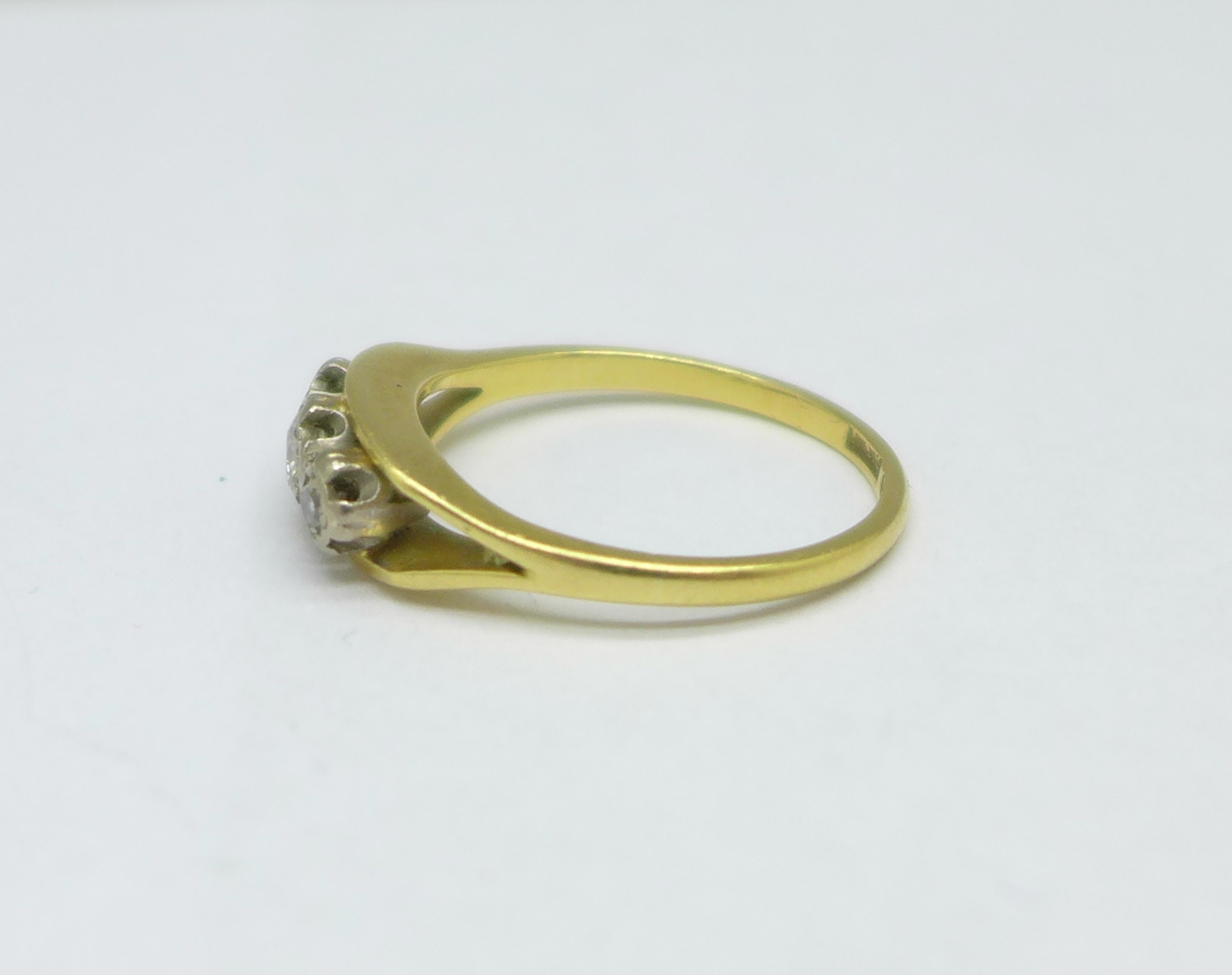 An 18ct gold and three stone diamond ring, 3.9g, Q - Image 2 of 3