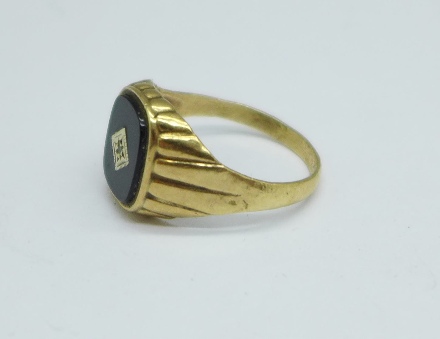 A gentleman's 9ct gold, onyx and diamond signet ring, 3.7g, Y - Image 2 of 3