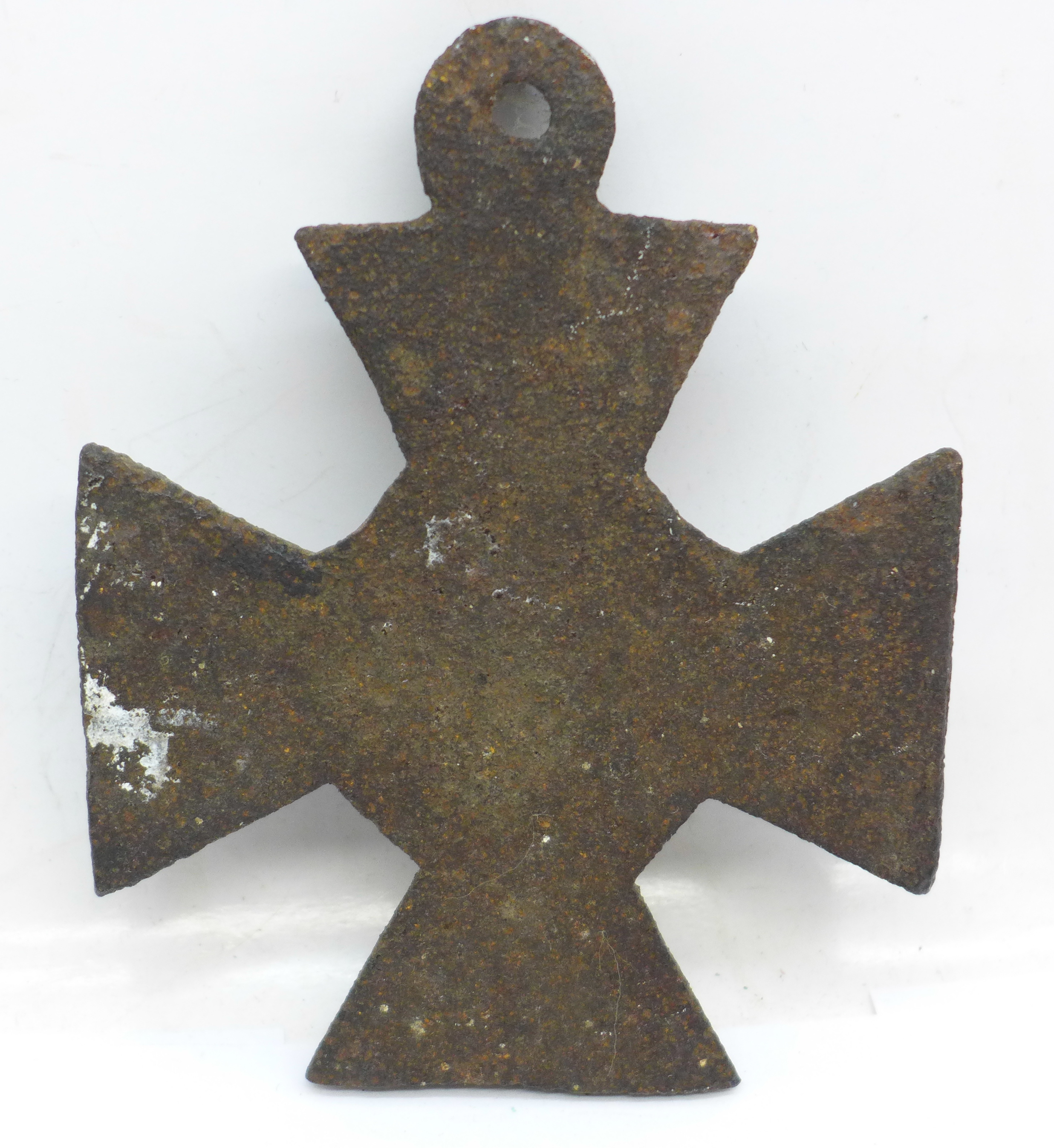 A cast metal cross with skull and crossbones, 10cm - Image 2 of 2