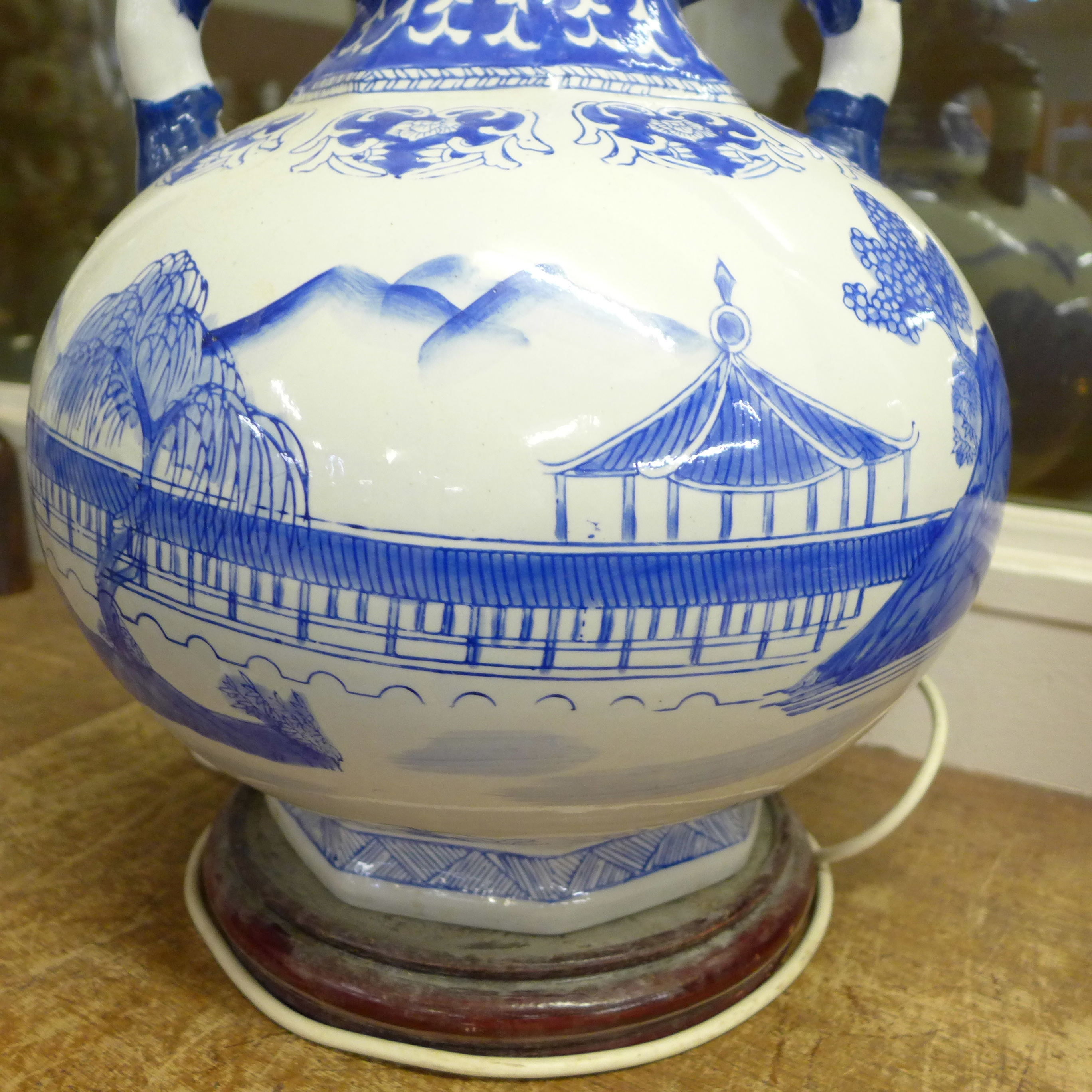 A large Chinese blue and white table lamp, 40cm - Image 4 of 4