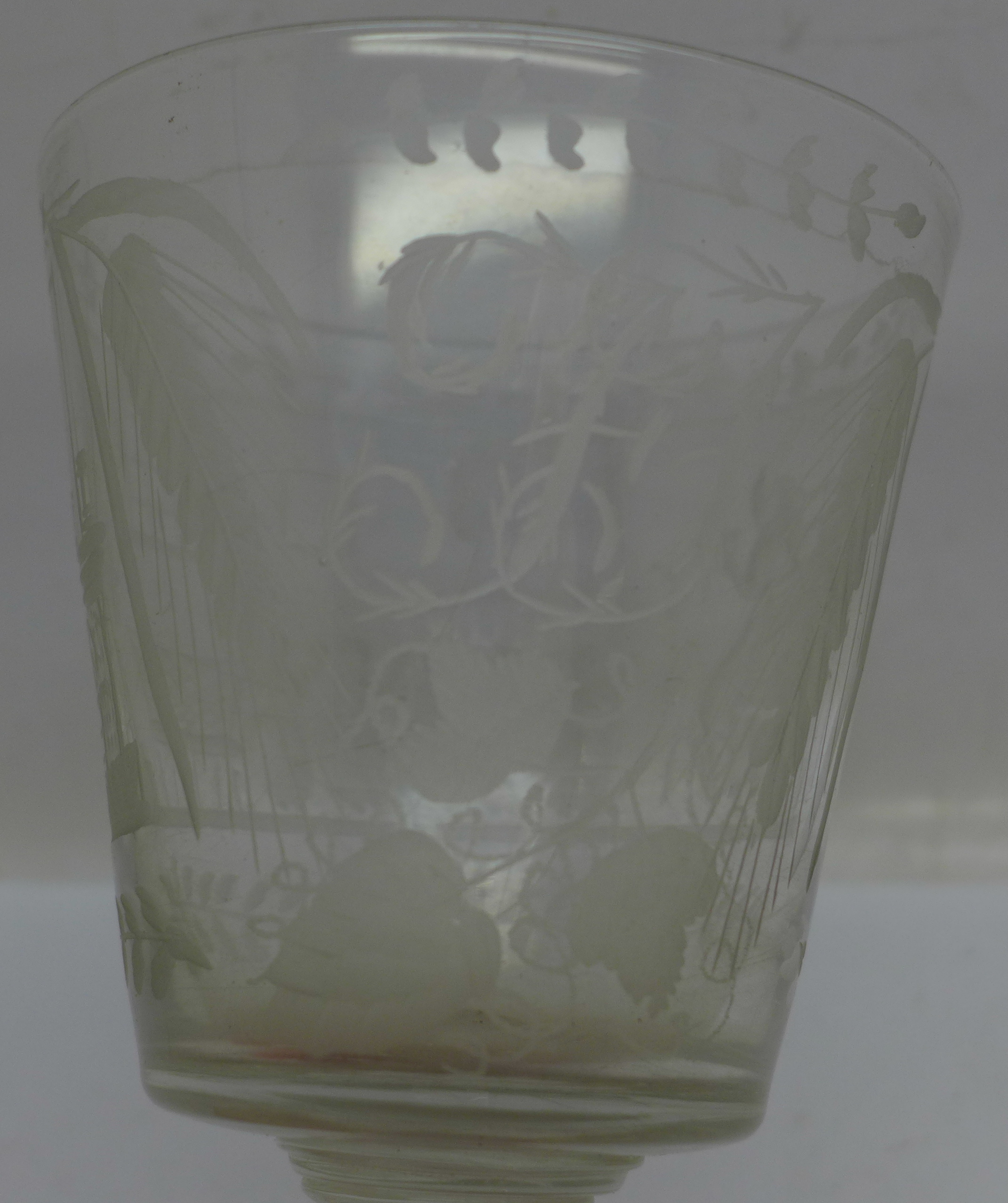 A 19th Century etched glass rummer, 133mm - Image 2 of 4