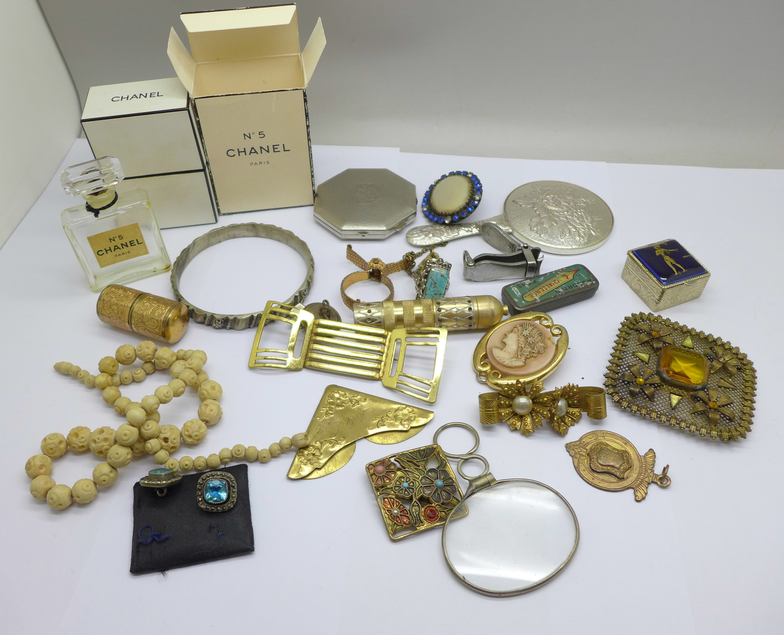 Vintage jewellery, a compact, a mirror, etc.