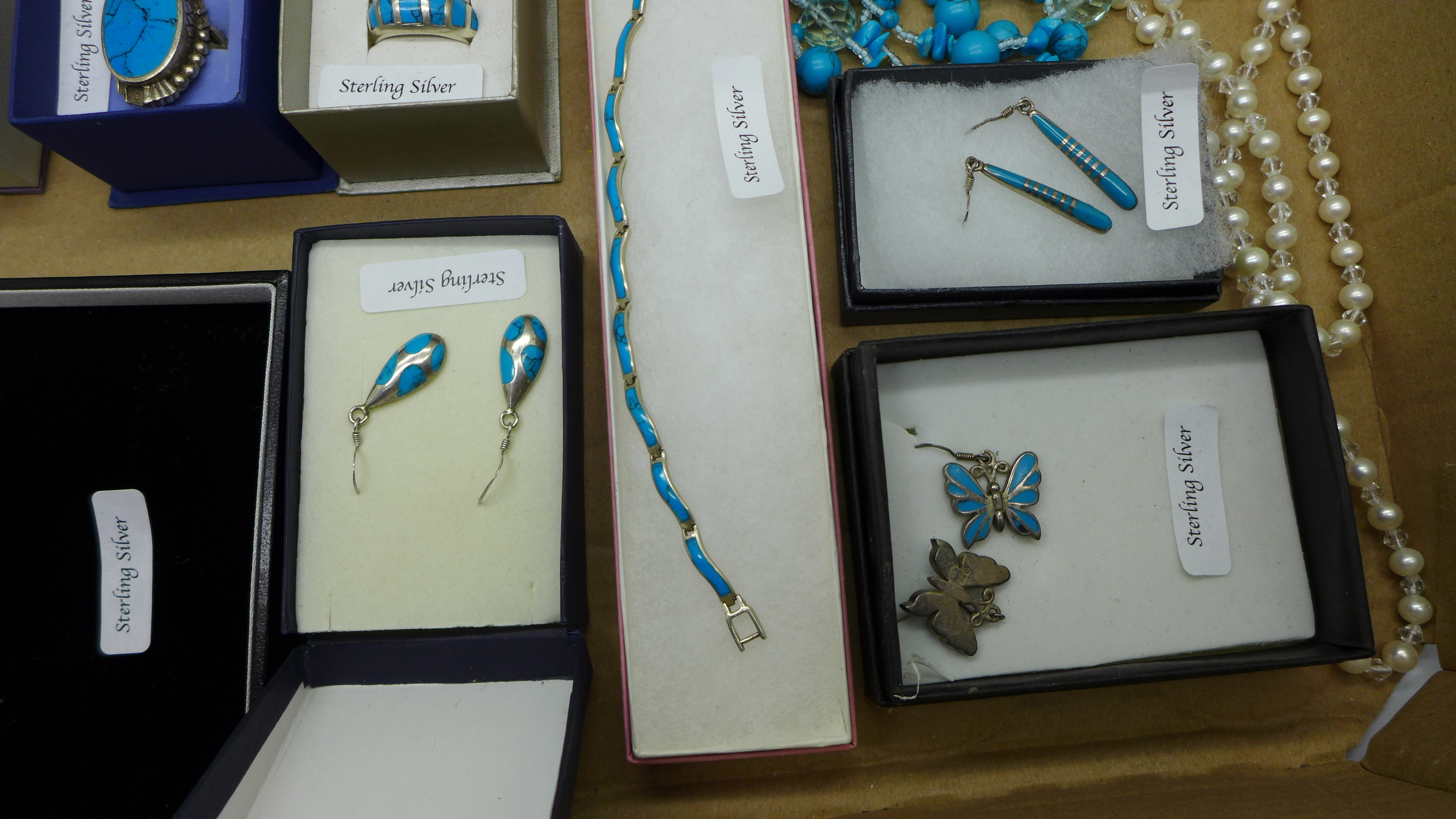 A collection of turquoise set silver jewellery - Image 3 of 5