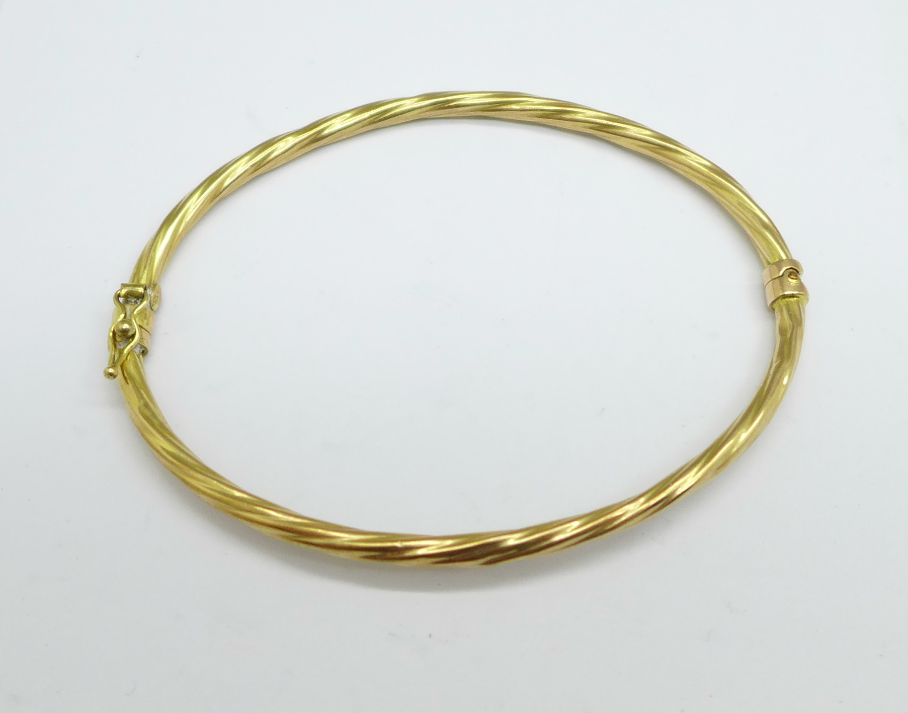 A 9ct gold bangle, 3.2g