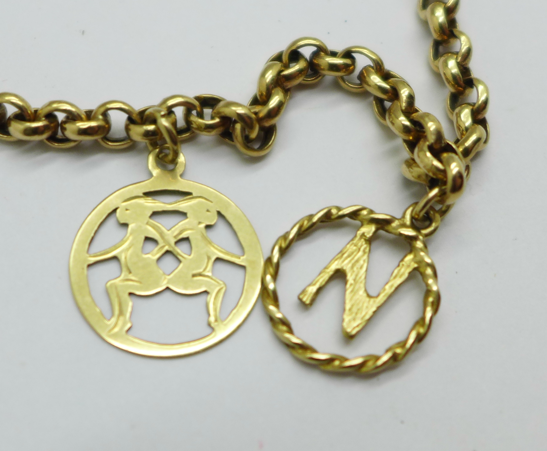 A 9ct gold bracelet with two charms, 5.0g - Image 2 of 2