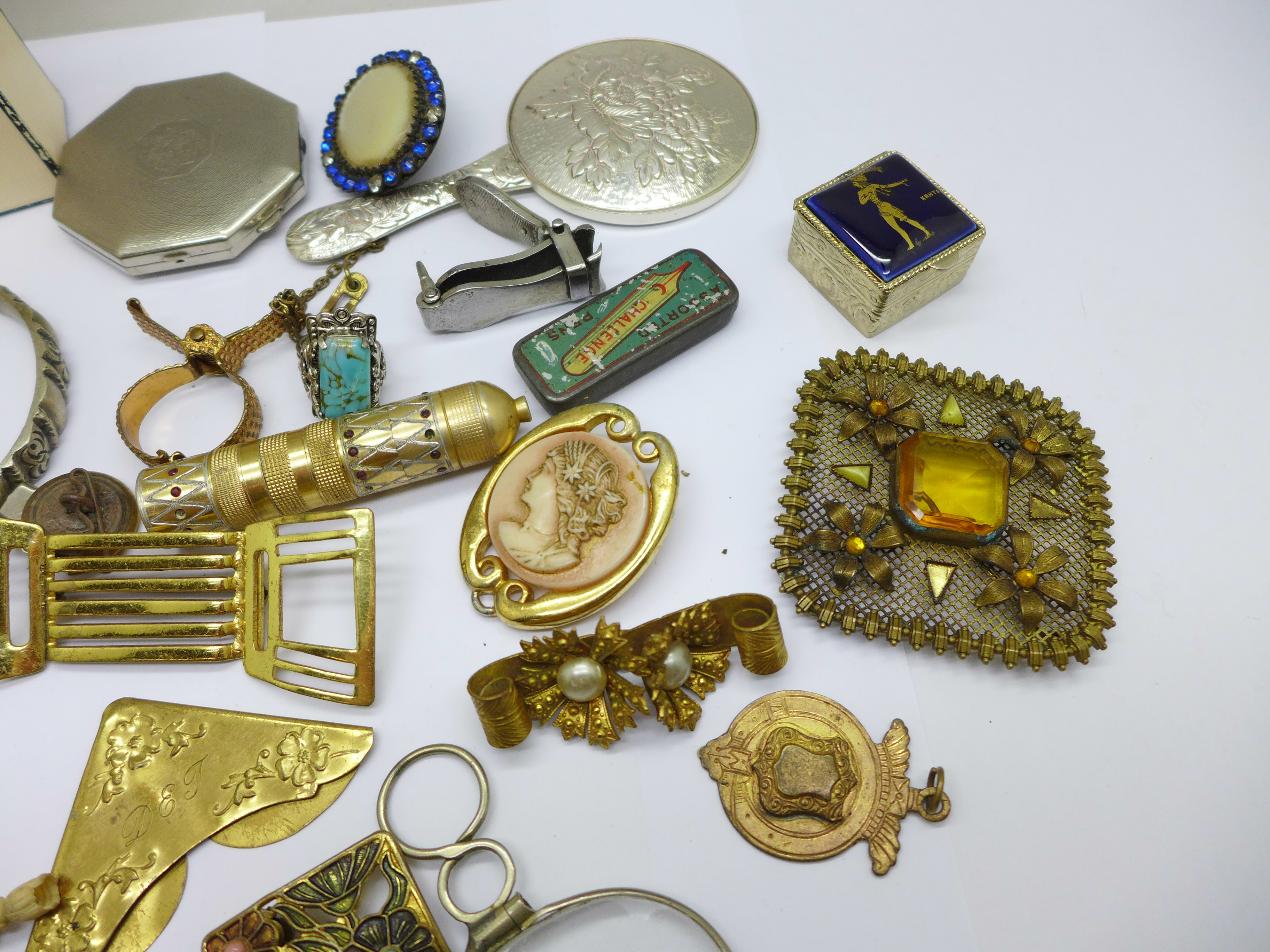 Vintage jewellery, a compact, a mirror, etc. - Image 3 of 4