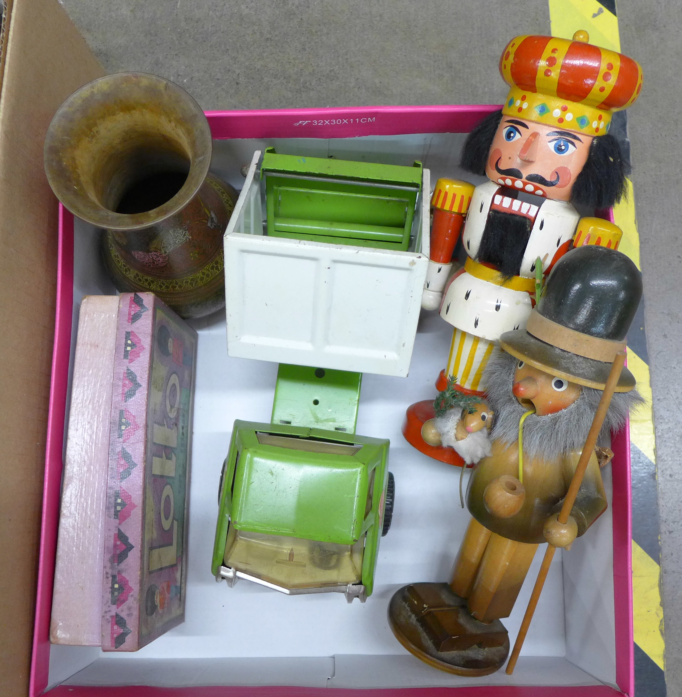 Four boxes of assorted items **PLEASE NOTE THIS LOT IS NOT ELIGIBLE FOR POSTING AND PACKING** - Image 5 of 5
