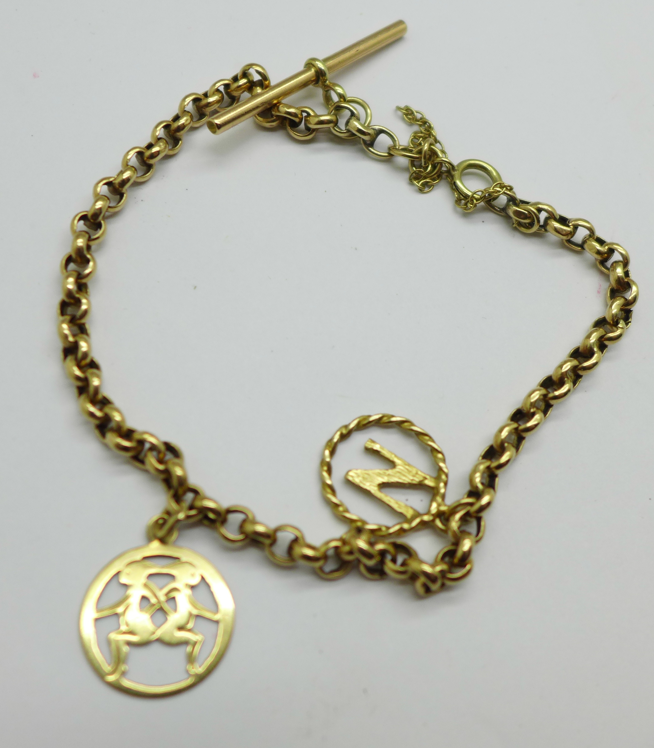 A 9ct gold bracelet with two charms, 5.0g