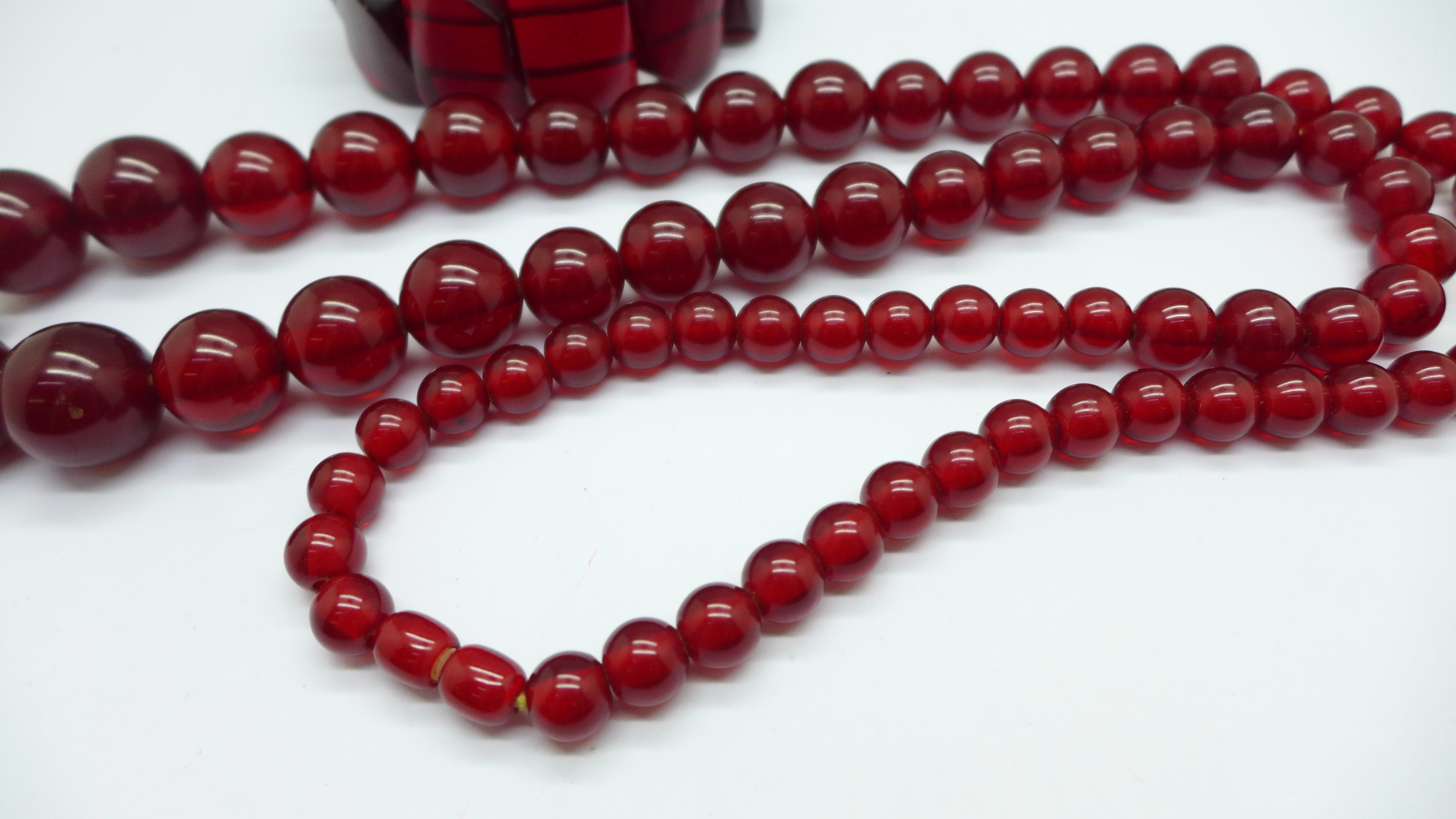 A string of cherry beads and a bracelet - Image 3 of 3