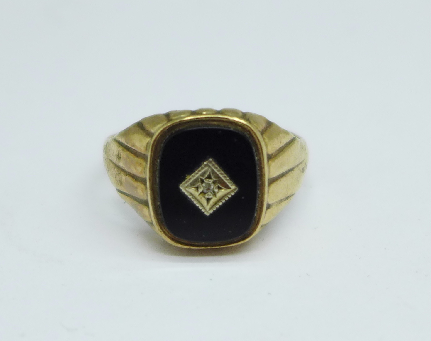 A gentleman's 9ct gold, onyx and diamond signet ring, 3.7g, Y