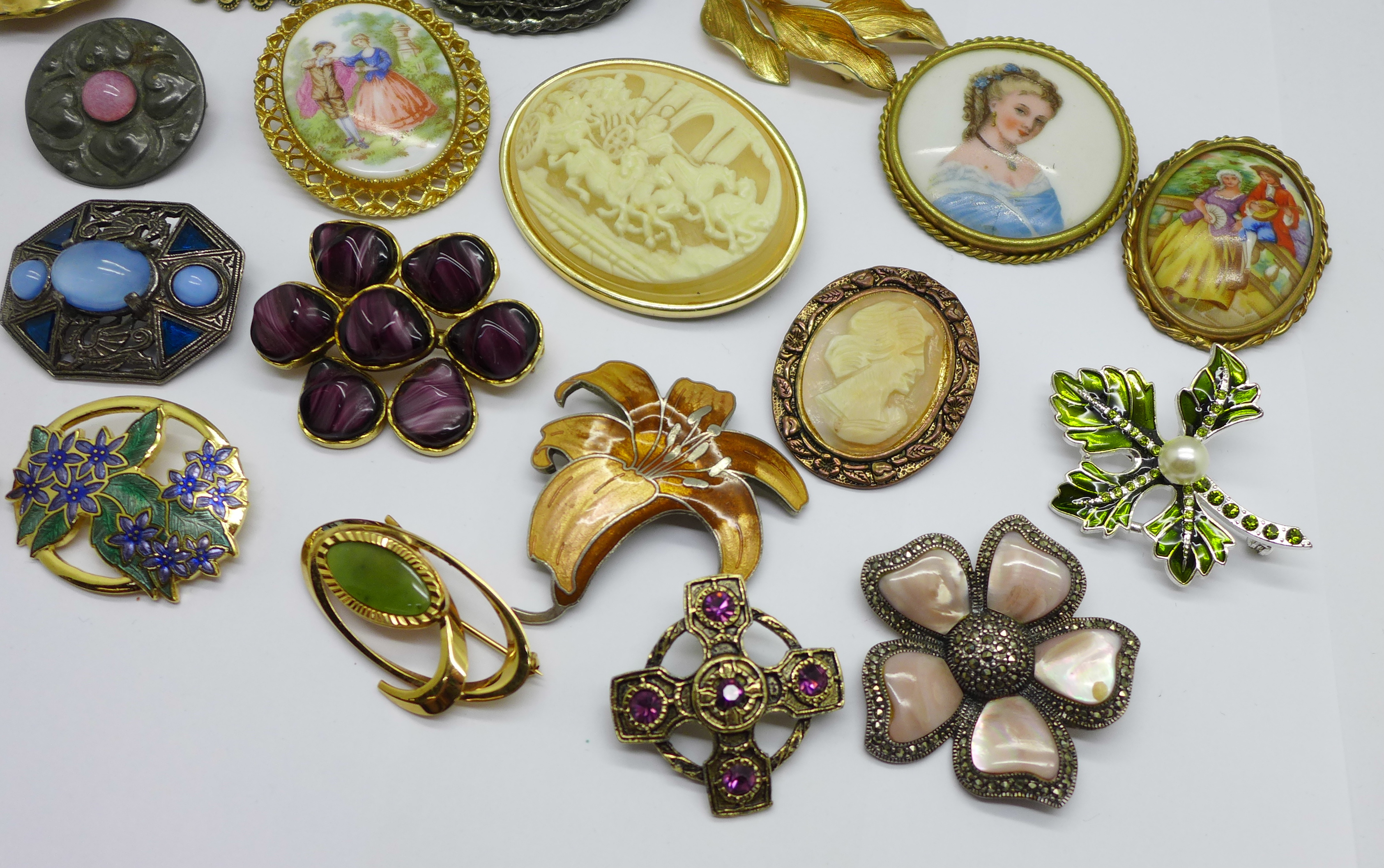 A collection of costume brooches - Image 3 of 3