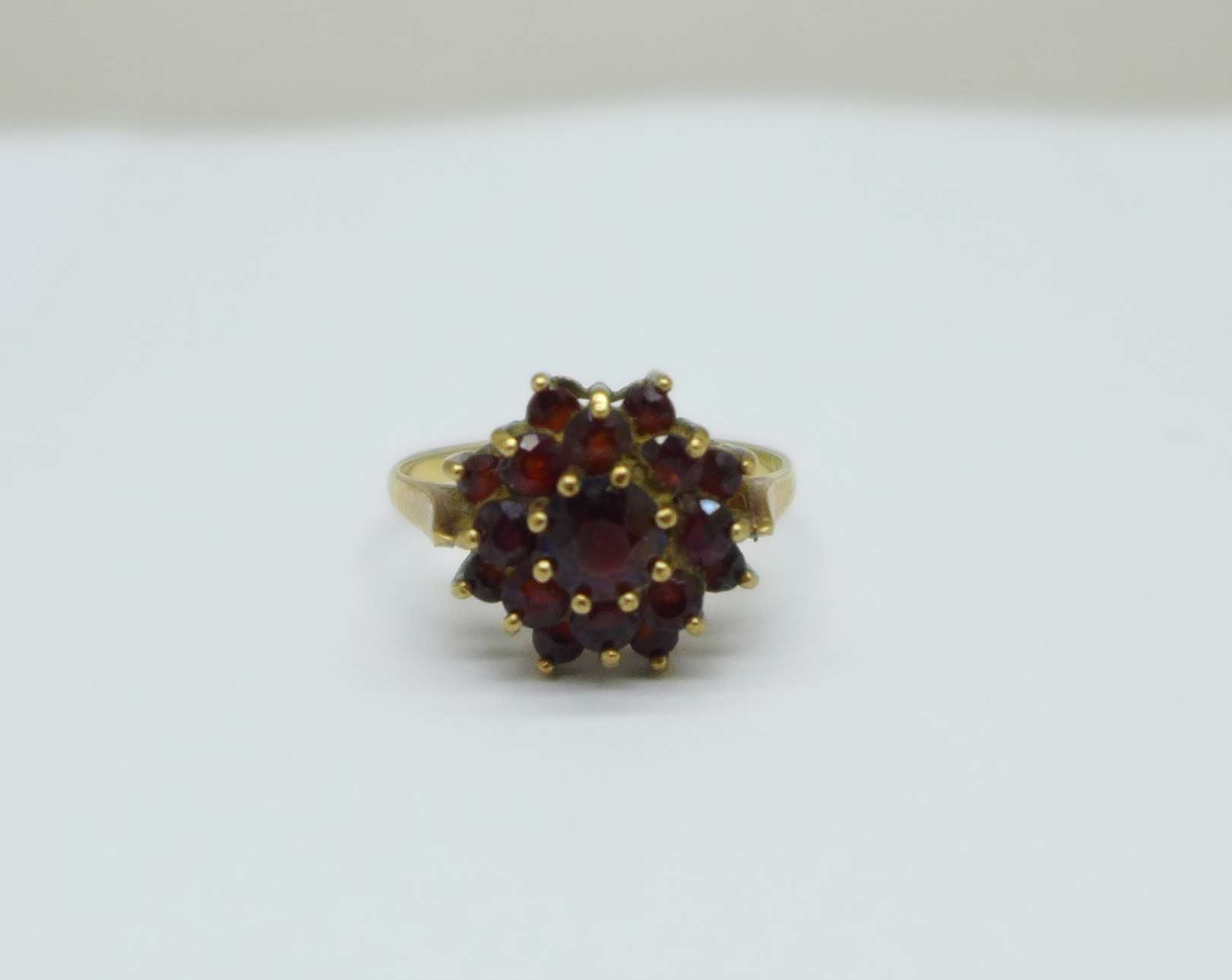 A 9ct gold and garnet ring, 2g, K