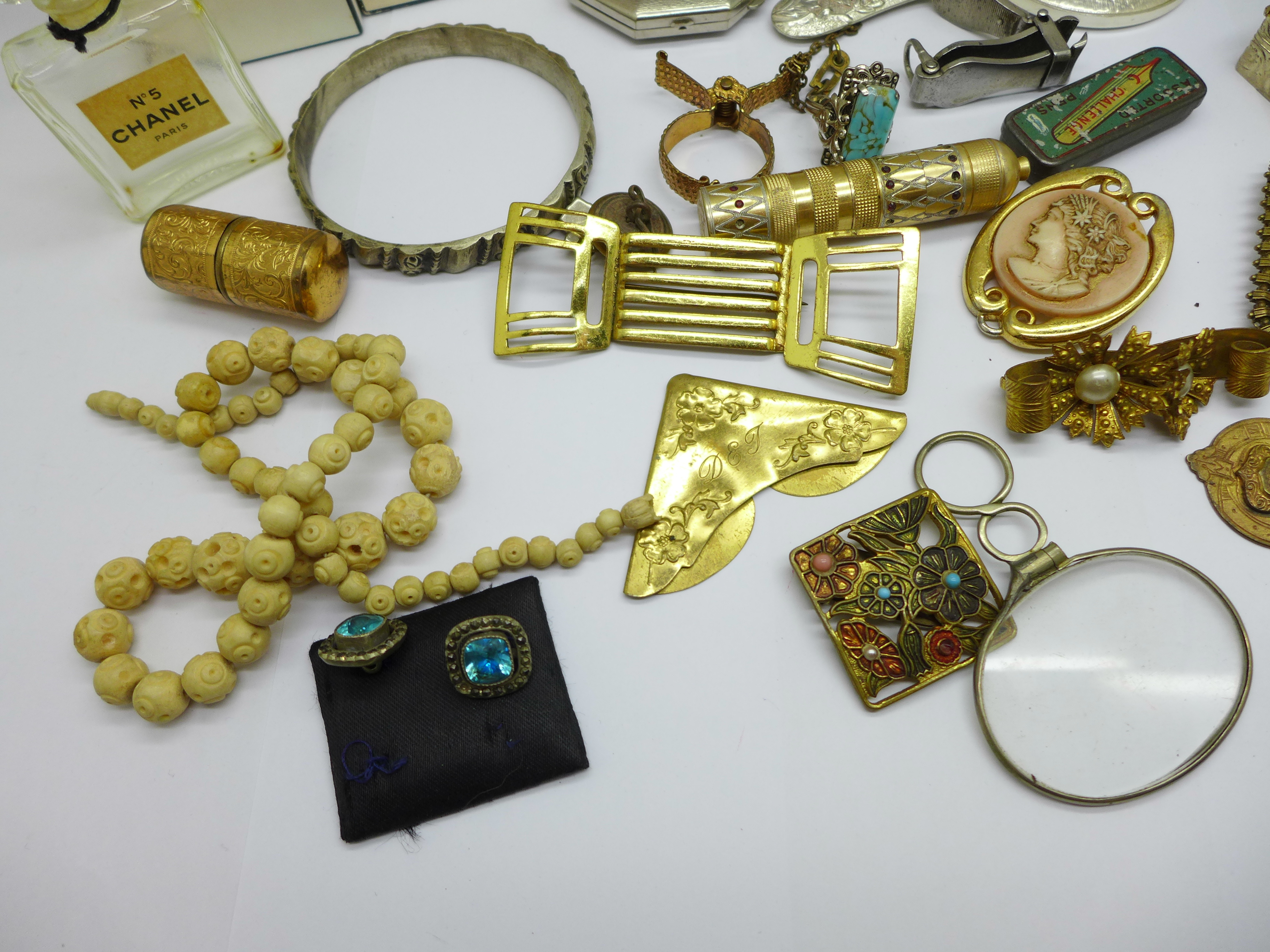 Vintage jewellery, a compact, a mirror, etc. - Image 4 of 4