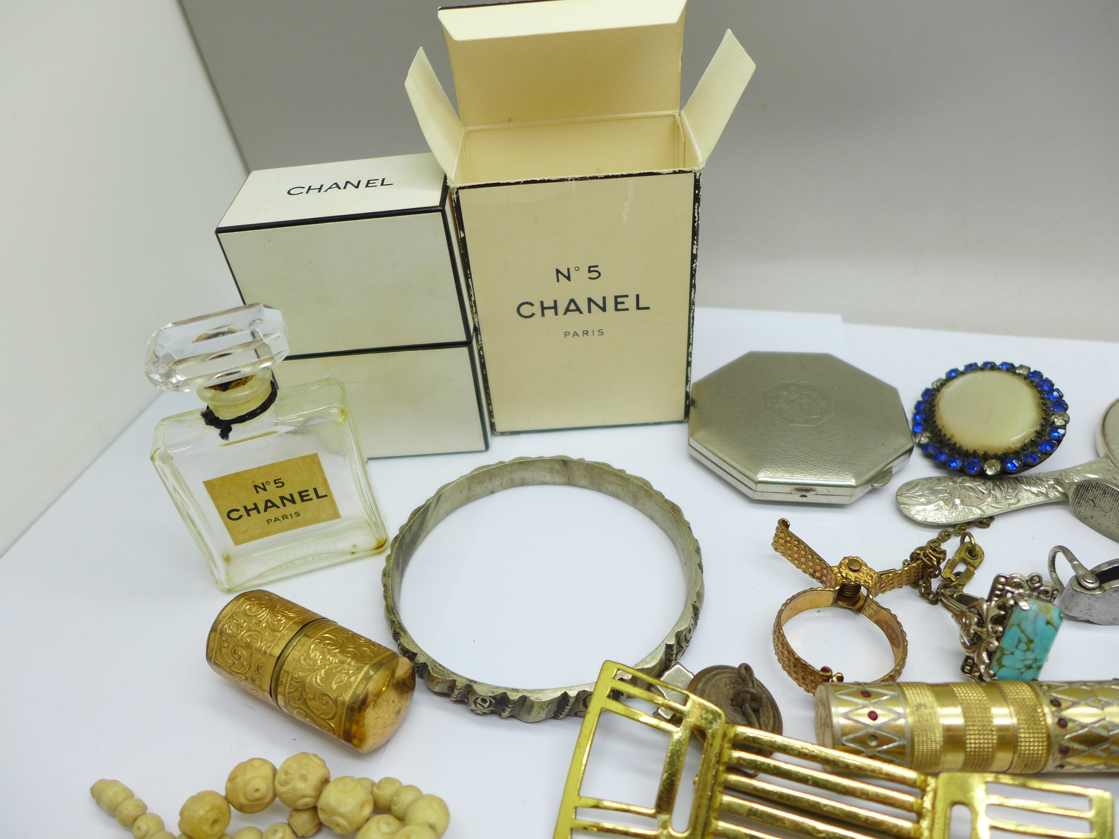 Vintage jewellery, a compact, a mirror, etc. - Image 2 of 4