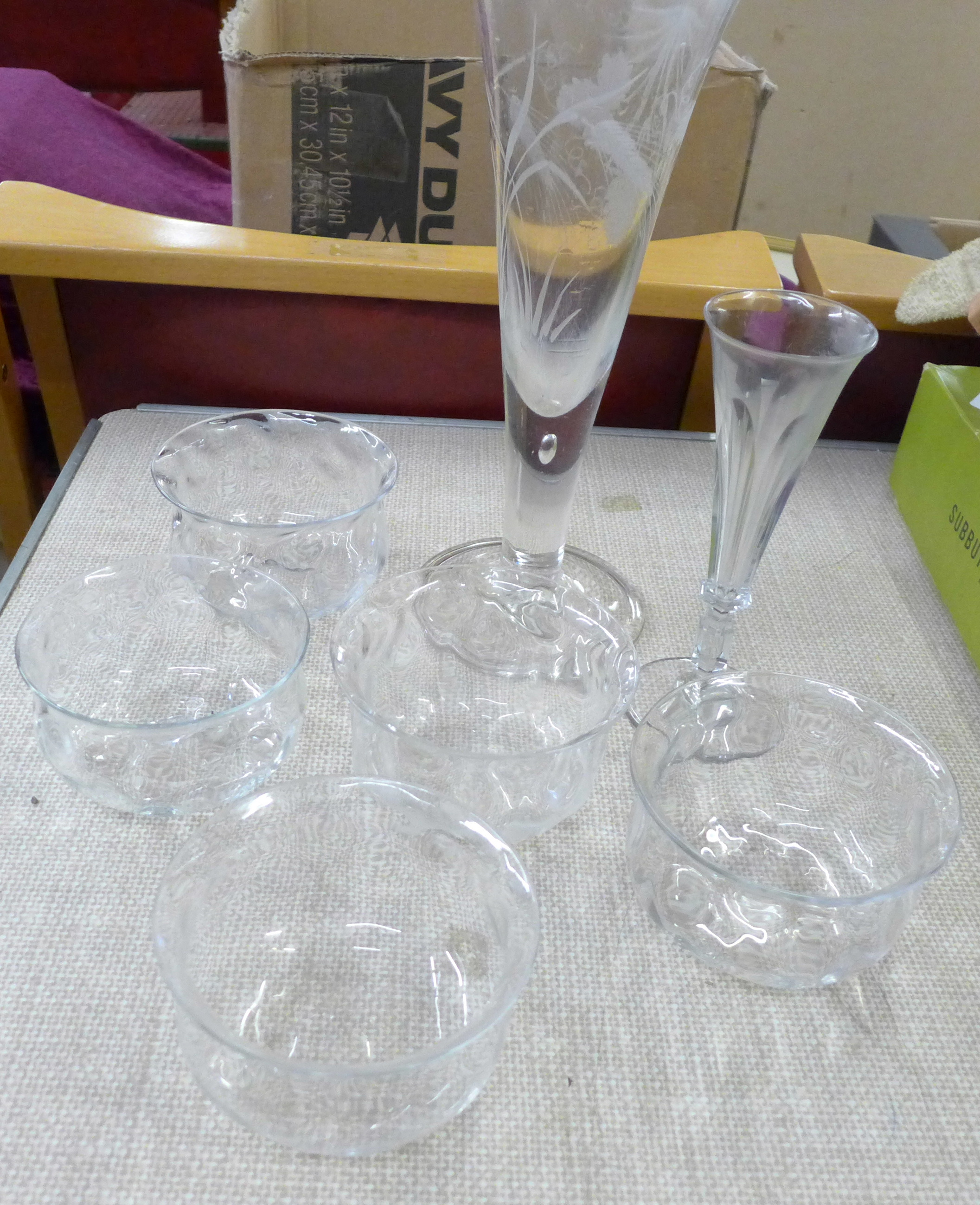 A box of vintage glass **PLEASE NOTE THIS LOT IS NOT ELIGIBLE FOR POSTING AND PACKING**