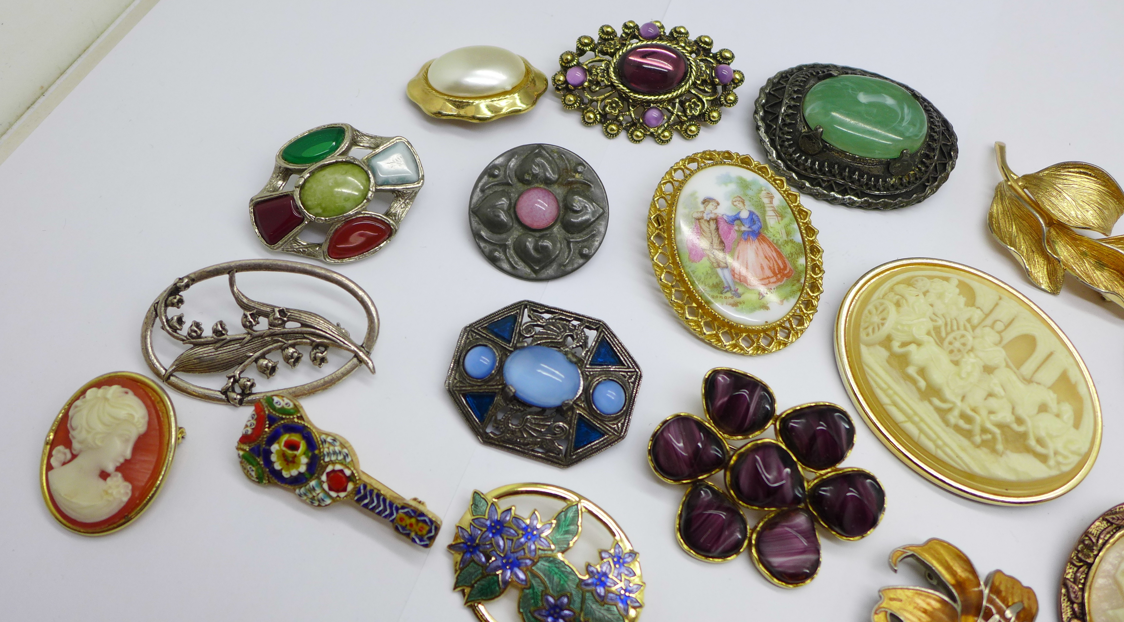 A collection of costume brooches - Image 2 of 3
