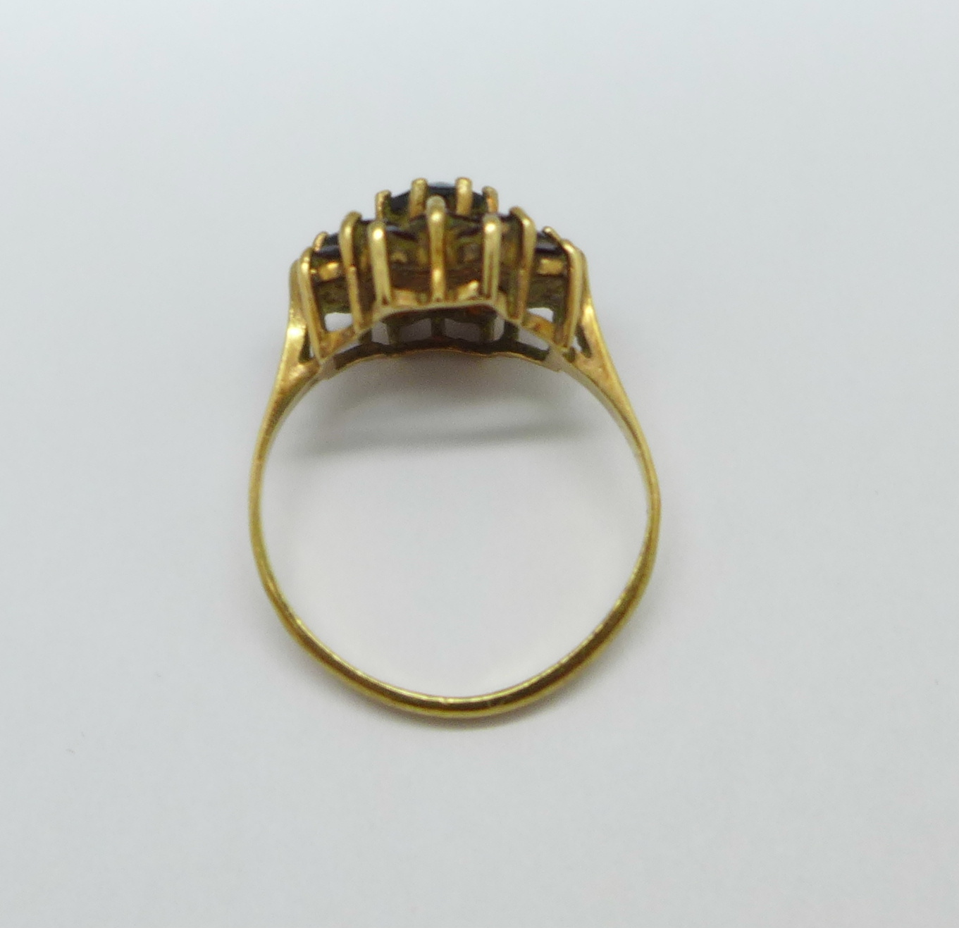 A 9ct gold and garnet ring, 2g, K - Image 3 of 3
