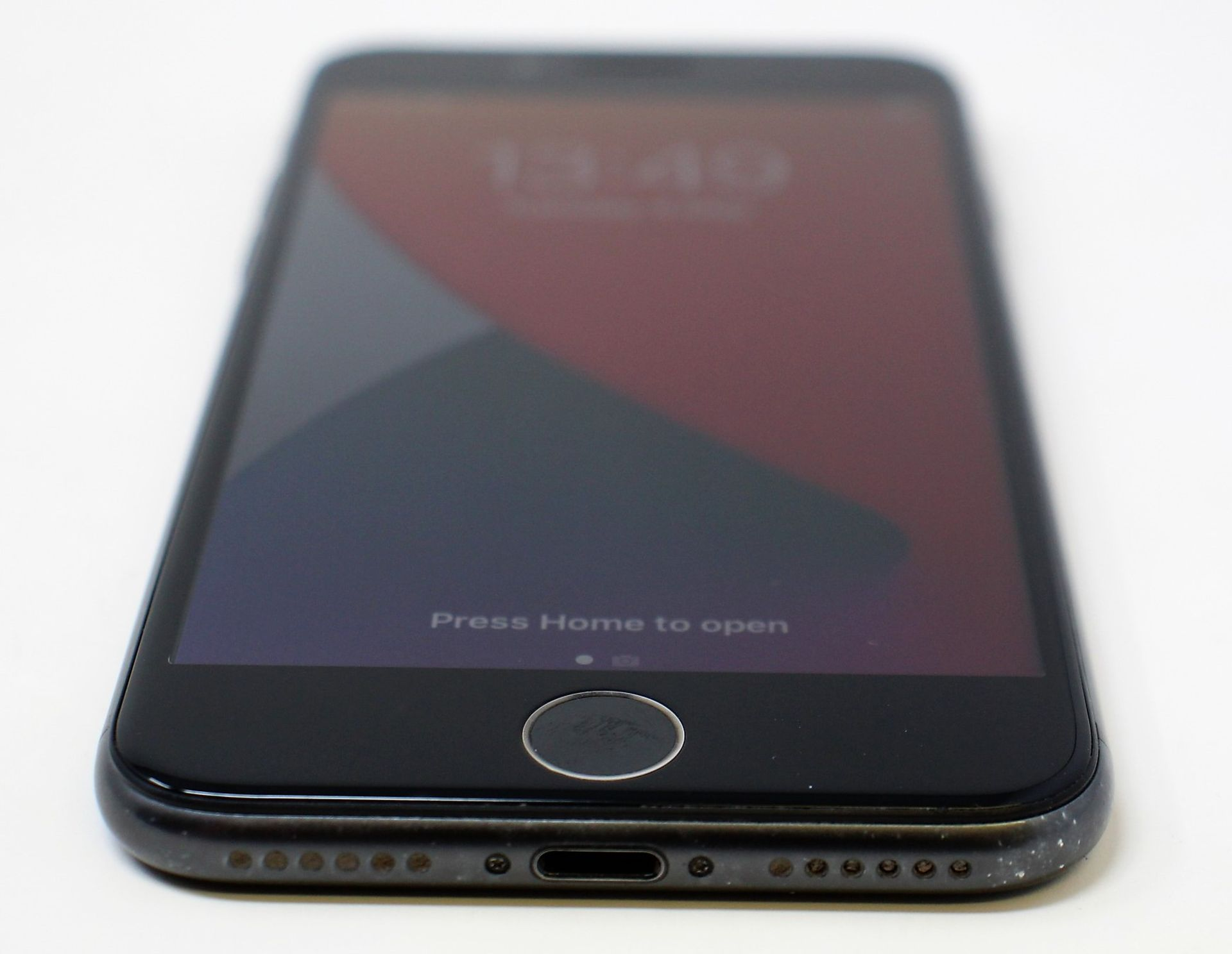 A pre-owned Apple iPhone 8 (AT&T/T-Mobile/Global/A1905) 64GB in Space Grey (iCloud activation clear, - Image 3 of 7