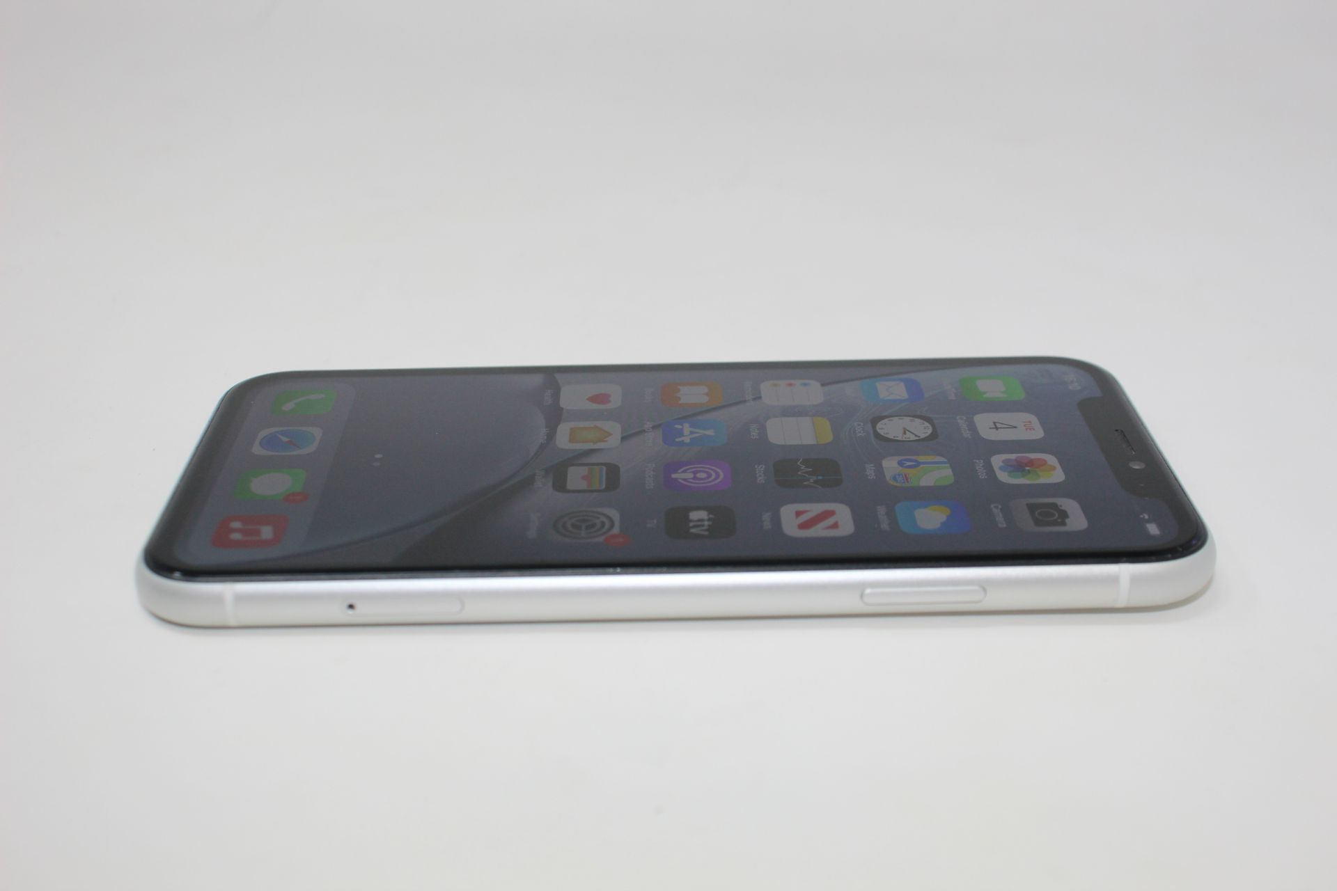 A pre-owned Apple iPhone XR (Global/A2105) 64GB in White (iCloud activation clear, some light - Image 4 of 10