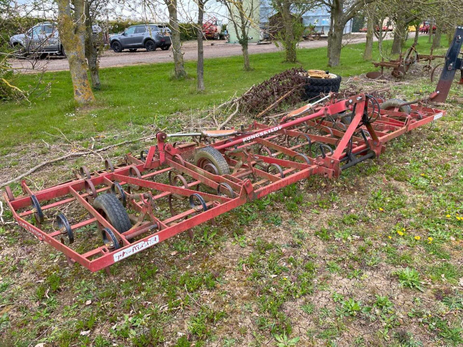 Kongskilde Triple K spring tine cultivator 5.7m, linkage mounted, hydraulic folding. Serial No: 0111 - Image 5 of 5