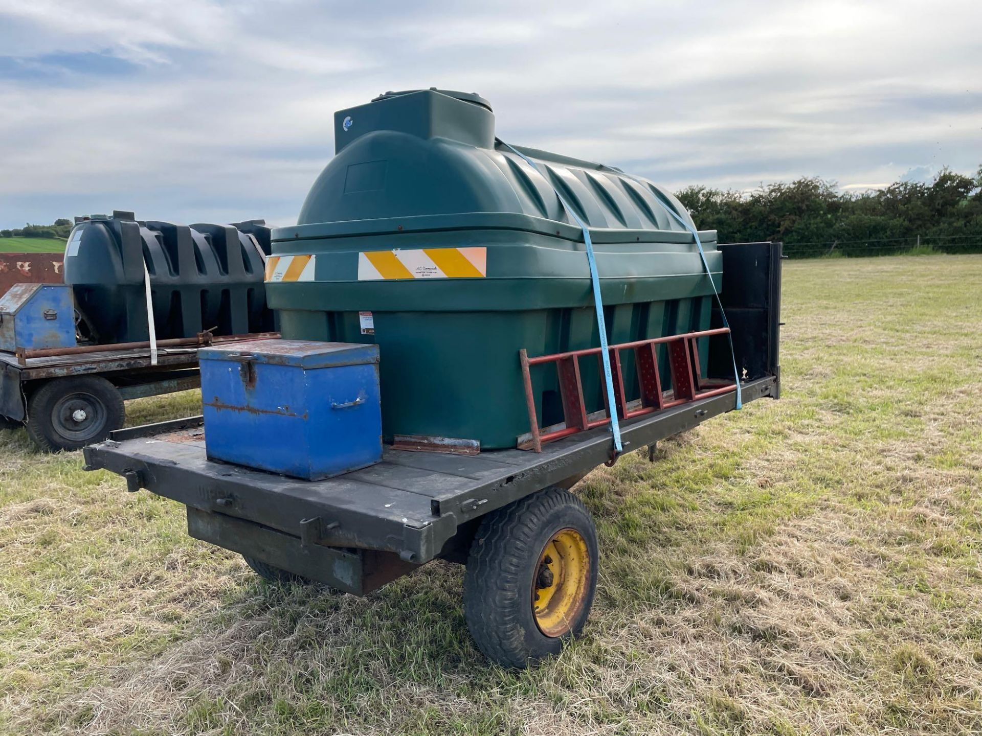 10 ft single axle trailer, wooden floor with Balmoral 2500l tank and 12v electric pump - Image 4 of 5